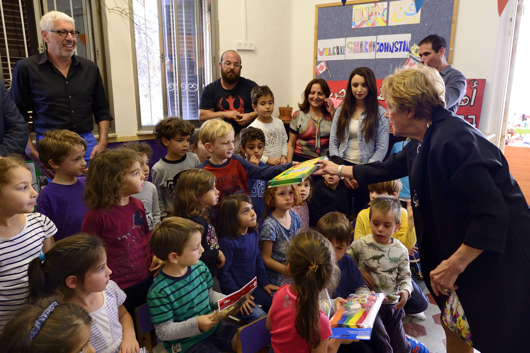 On this occasion, she presented school supplies to the children.