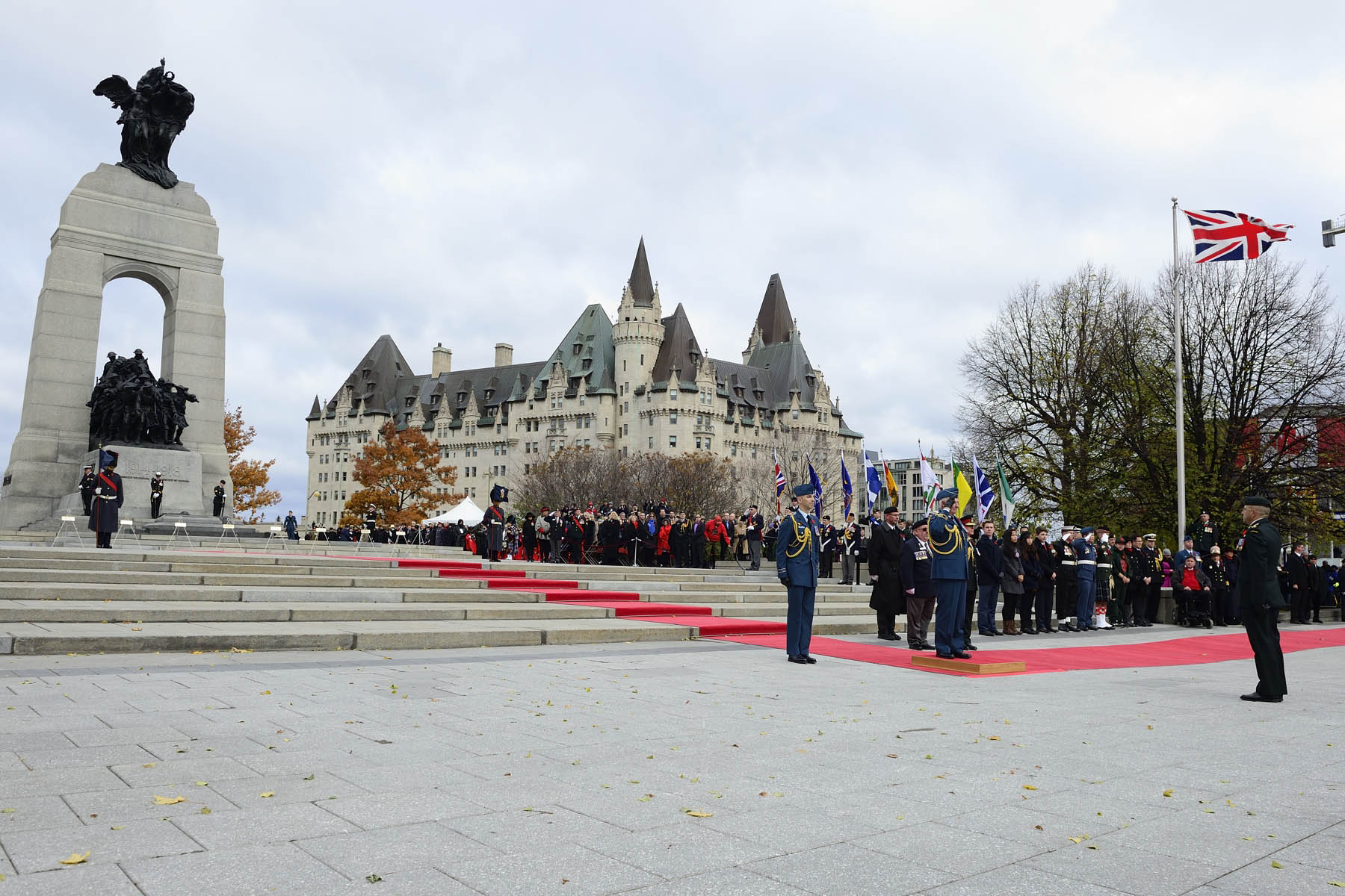 Their Excellencies the Right Honourable David Johnston, Governor General and Commander-in-Chief of Canada, and Mrs. Sharon Johnston attended the National Remembrance Day Ceremony at the National War Memorial, in Ottawa.