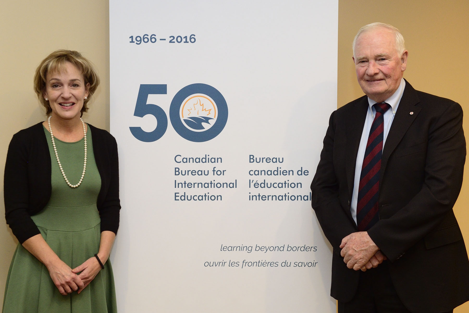 As patron of the Canadian Bureau for International Education (CBIE), the Governor General delivered the opening keynote address and engaged in a question period at the 50th CBIE Annual Conference held in Ottawa on November 14, 2016. On the left, Karen McBride, CBIE President and CEO.