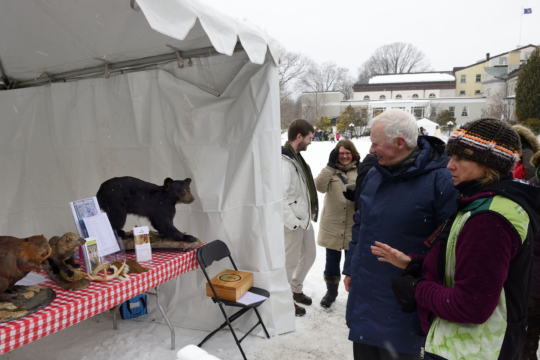 His Excellency stopped by the Friends of Gatineau Park's kiosk. Visitors were able to learn about what happens to the wild animals of our region and their habitats during the winter months.