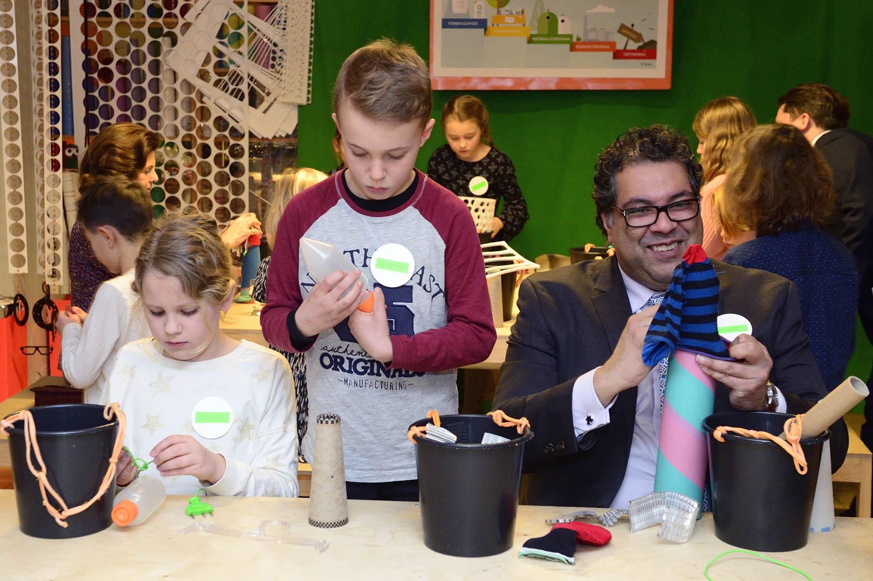 As part of their visit to återSKAPA, they participated in a creative workshop with children between the ages of 5 and 10. His Worship Naheed Nenshi, Mayor of Calgary, was one of the Canadian delegates who took part in the activity.