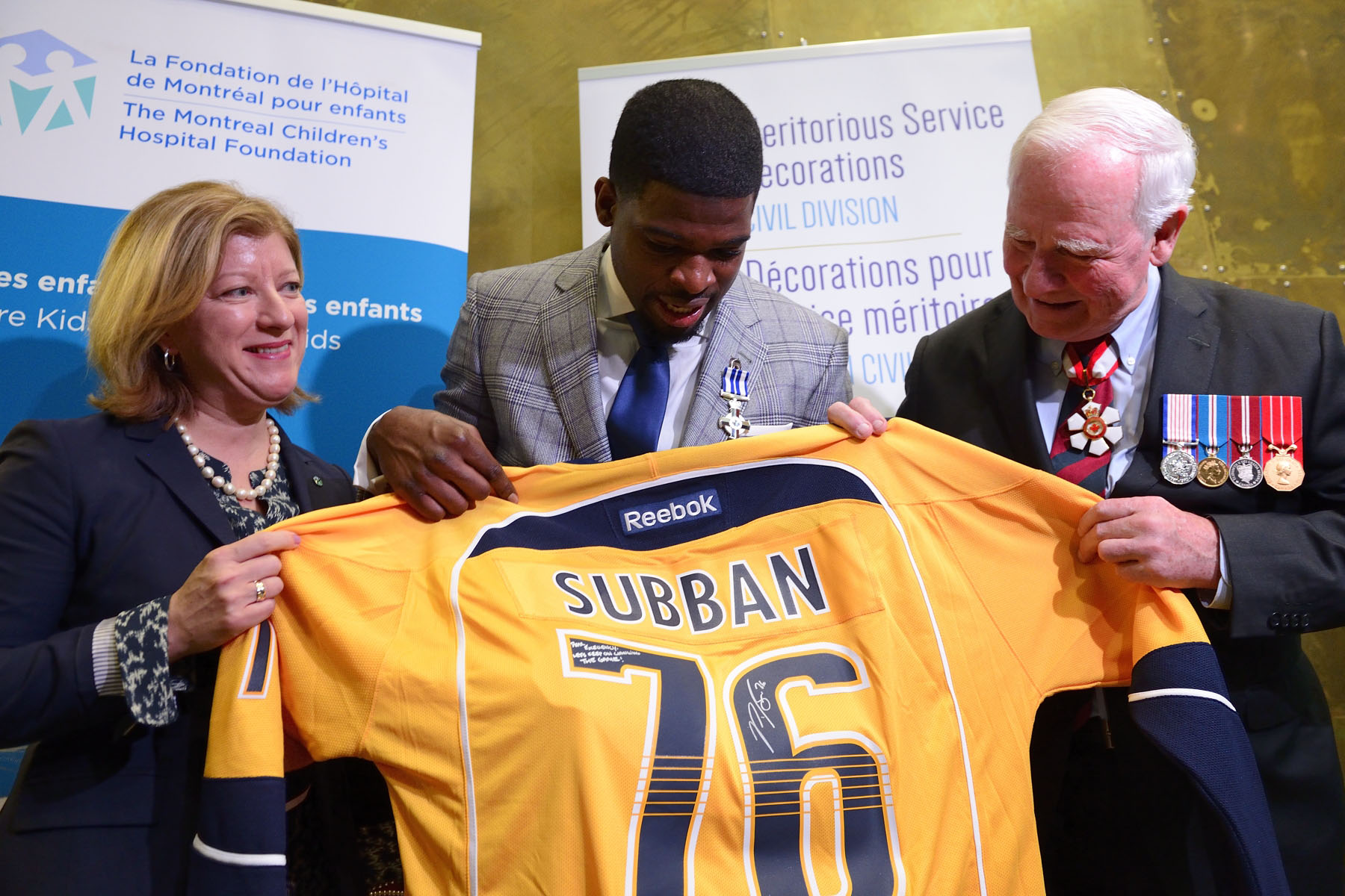 After the ceremony, the defenceman gave a Nashville Predators jersey to the Governor General.