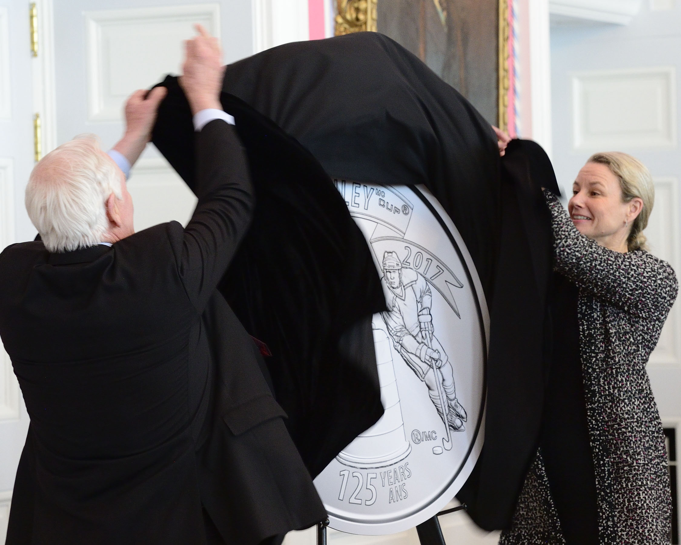 As part of the ceremony, the Governor General and Ms. Sandra Hanington, President and CEO of the Royal Canadian Mint, unveiled a new 25-cent circulation coin commemorating the Stanley Cup's 125th anniversary.