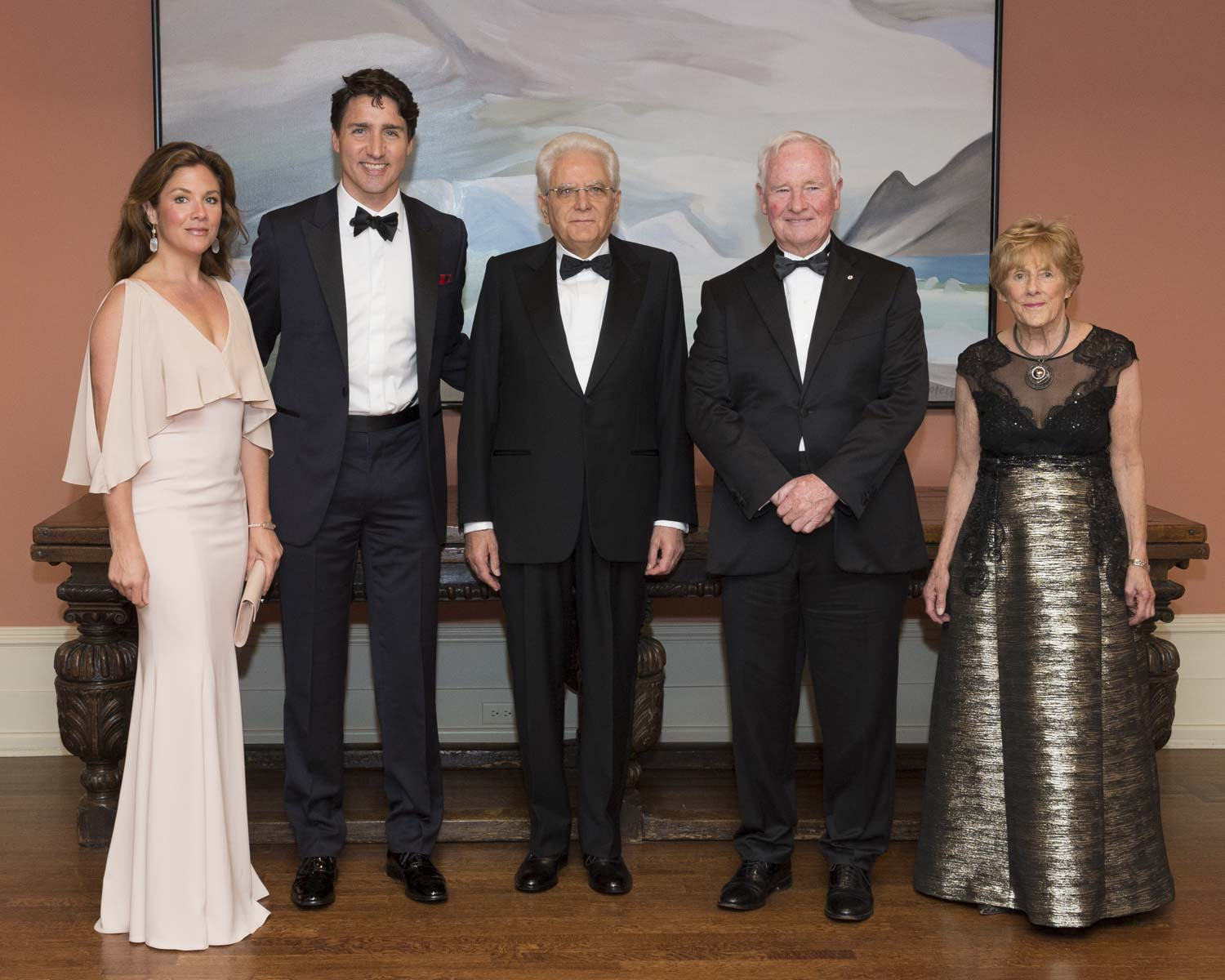 In the evening, the Governor General and Mrs. Sharon Johnston hosted a State dinner in honour of the President's visit to Canada. They were joined by Mrs. Sophie Grégoire Trudeau (far left), the Right Honourable Justin Trudeau, Prime Minister of Canada, and other distinguished guests.