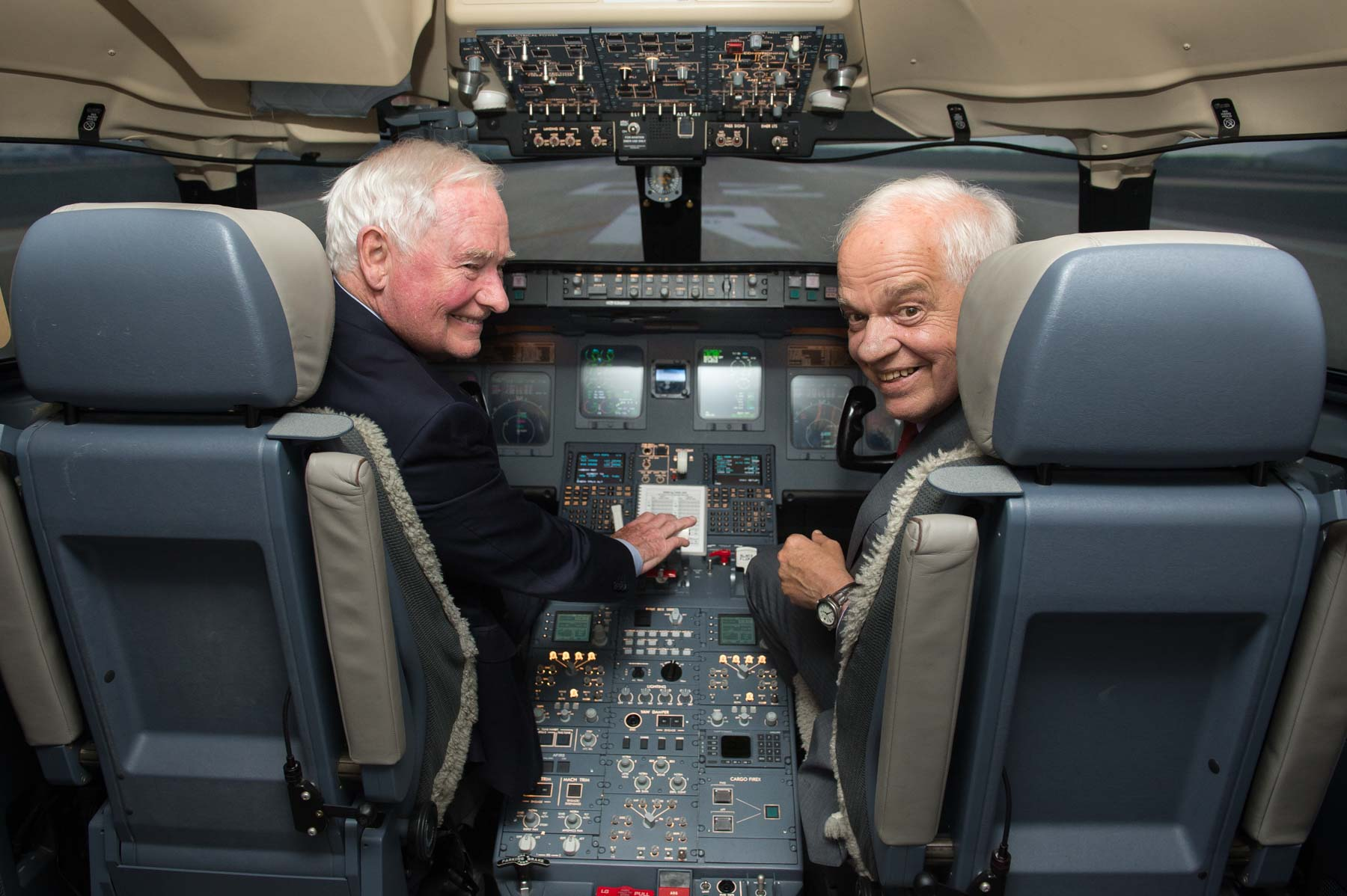 The Governor General and the Honourable John McCallum, Ambassador of Canada to the People's Republic of China, had the opportunity to test a Canadian flight simulator.