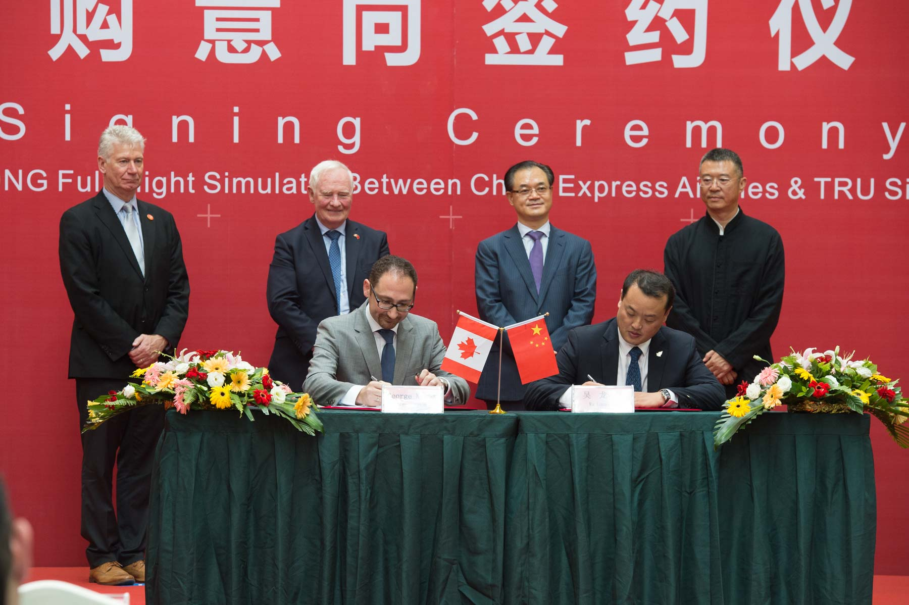 Within the same facility, the Governor General and Mr. Stewart Beck, President and Chief Executive Officer of the Asia Pacific Foundation of Canada, witnessed the signing of a commercial agreement between TRU Simulation + Training Inc. and China Express Airlines.