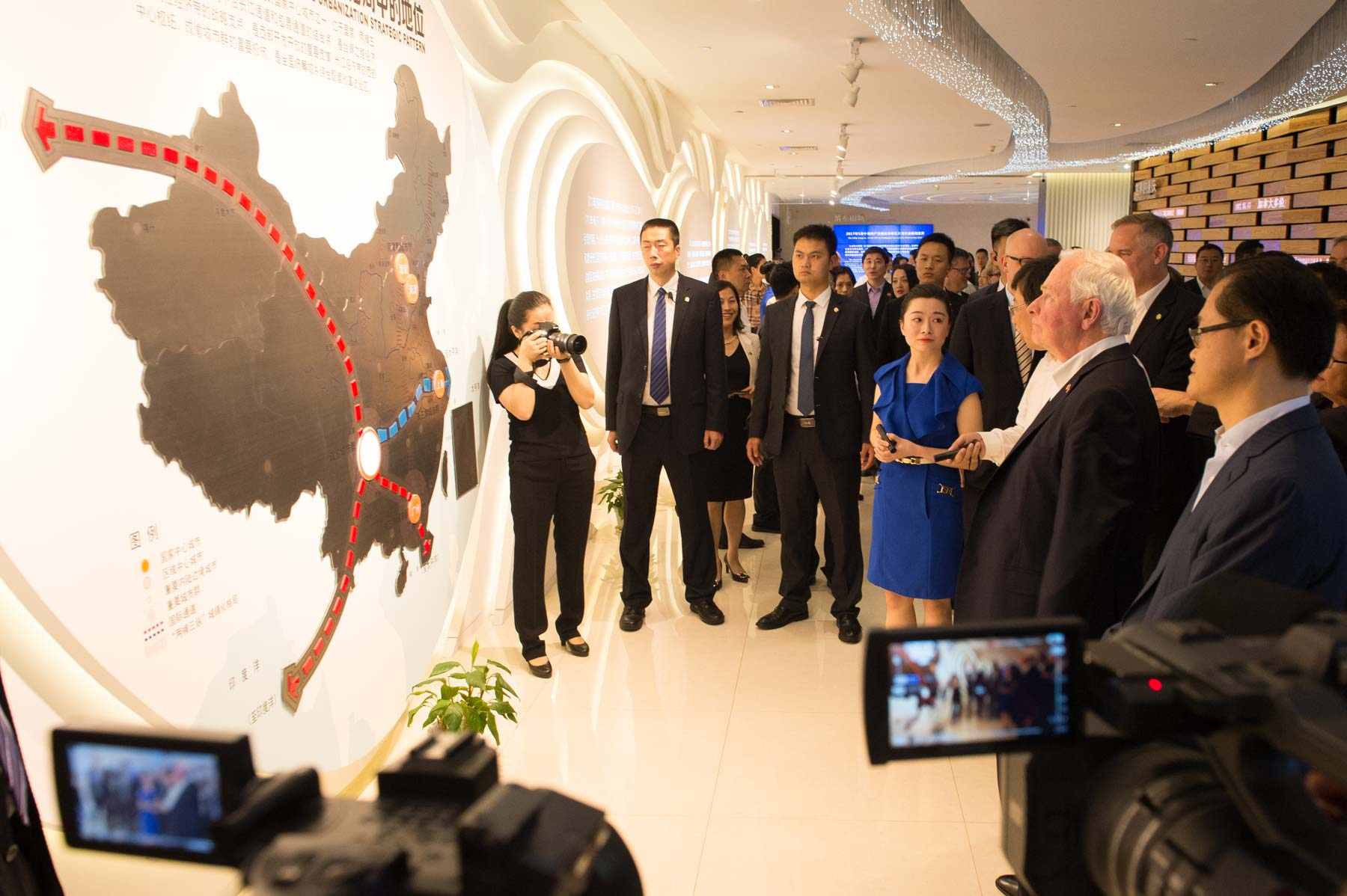 Later in the afternoon, the Governor General and members of the Canadian delegation visited Raffles City Chongqing, a large-scale development project designed by Canadian architect Moshe Safdie and located at the city's Chaotianmen docks.