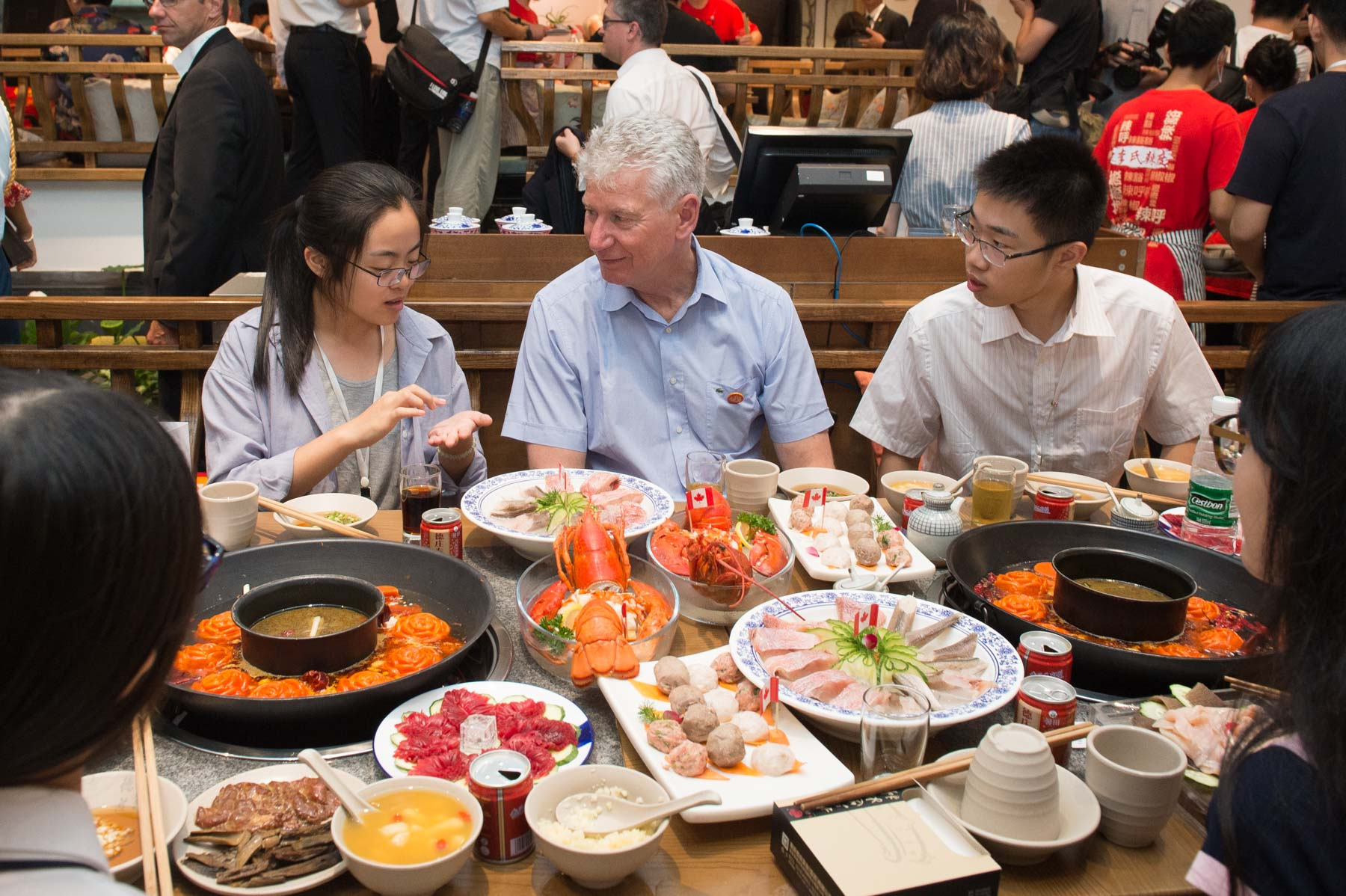 Several local hotpot restaurants, including the venue for this event, have opened branches in Canada. Mr. Stewart Beck, President and Chief Executive Officer of the Asia Pacific Foundation of Canada enjoyed his dinner with students.