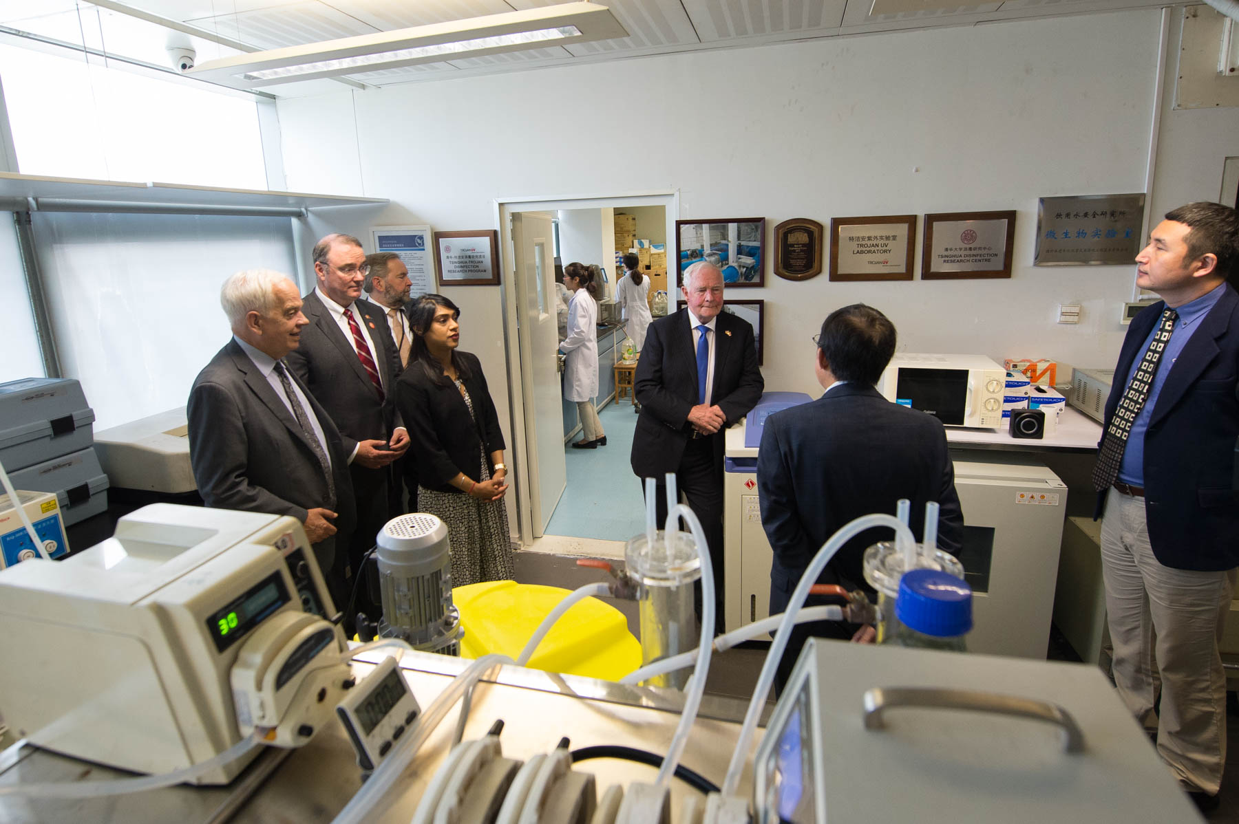 Afterwards, the Governor General and delegates visited a water purification research lab jointly operated by Canadian company Trojan Technologies and Tsinghua University's School of Environment Engineering and Science.