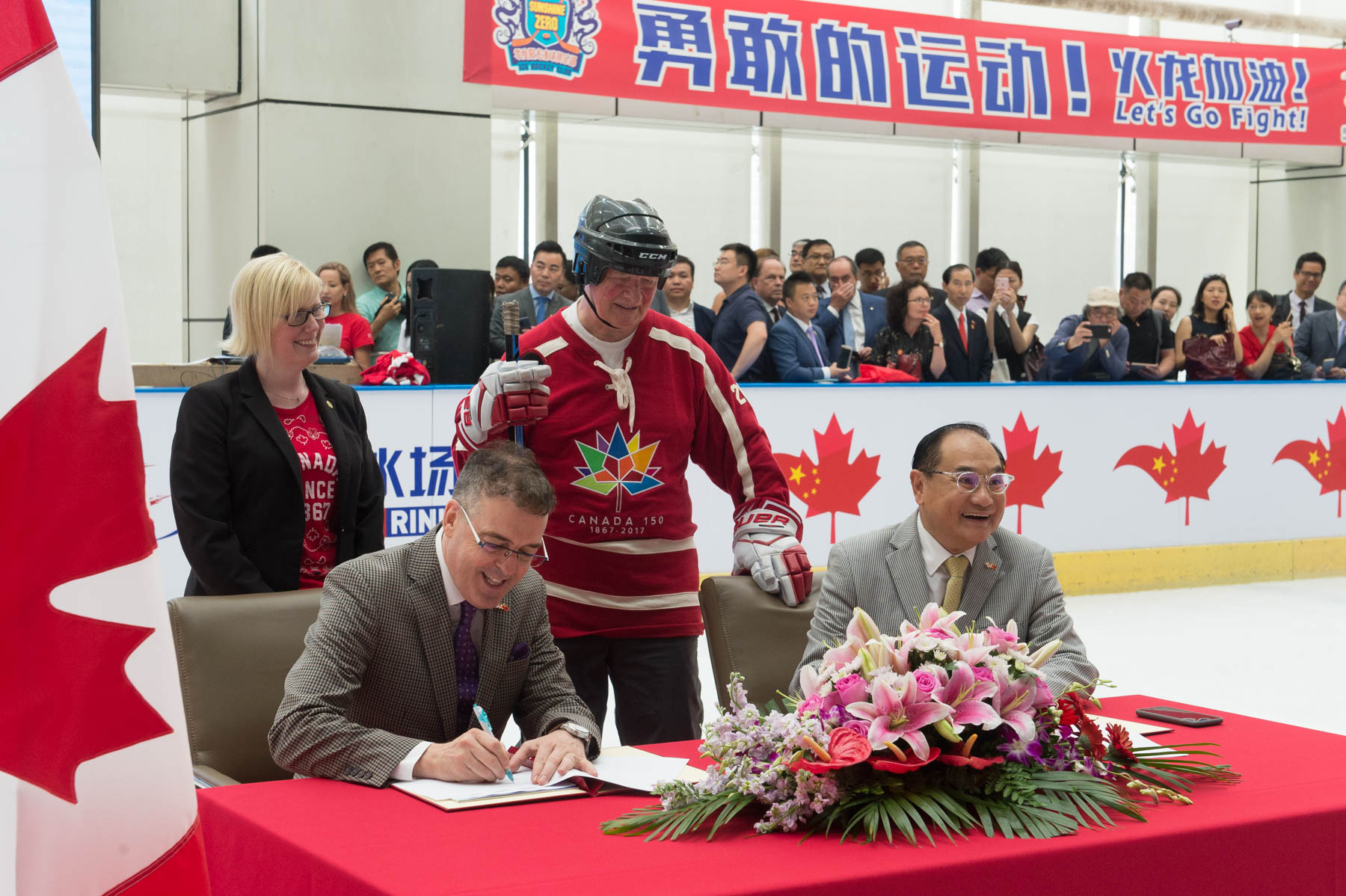 Afterwards, the Governor General and Minister Qualtrough witnessed the signing of four agreements that will highlight Canada's potential to help grow hockey in China.