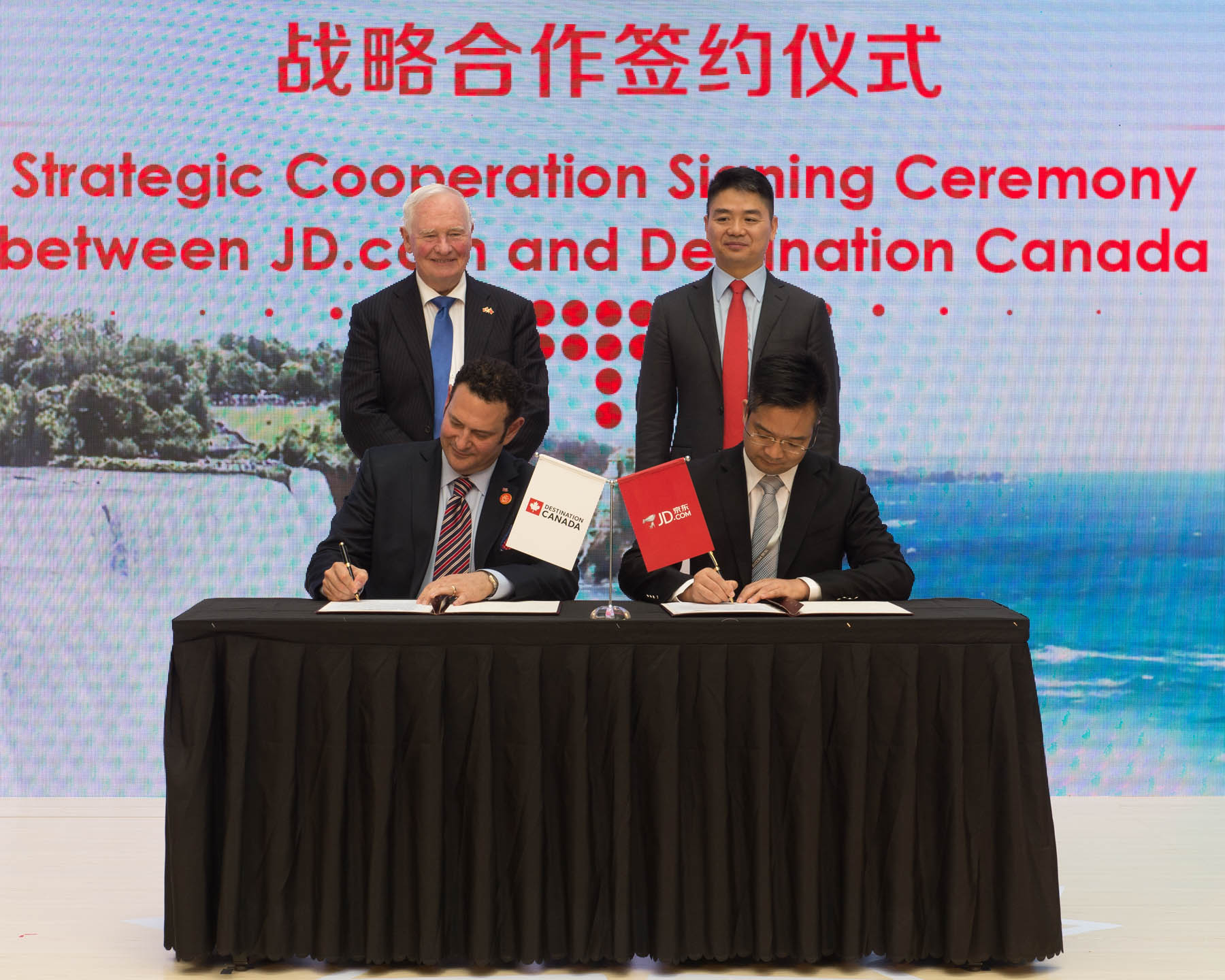 Afterwards, His Excellency witnessed the signing of a co-operation agreement between Destination Canada and JD.com. This agreement, which further promotes Canadian food products and showcases Canada as a tourist destination, was signed by Canadian delegate David F. Goldstein, President and Chief Executive Officer of Destination Canada.
