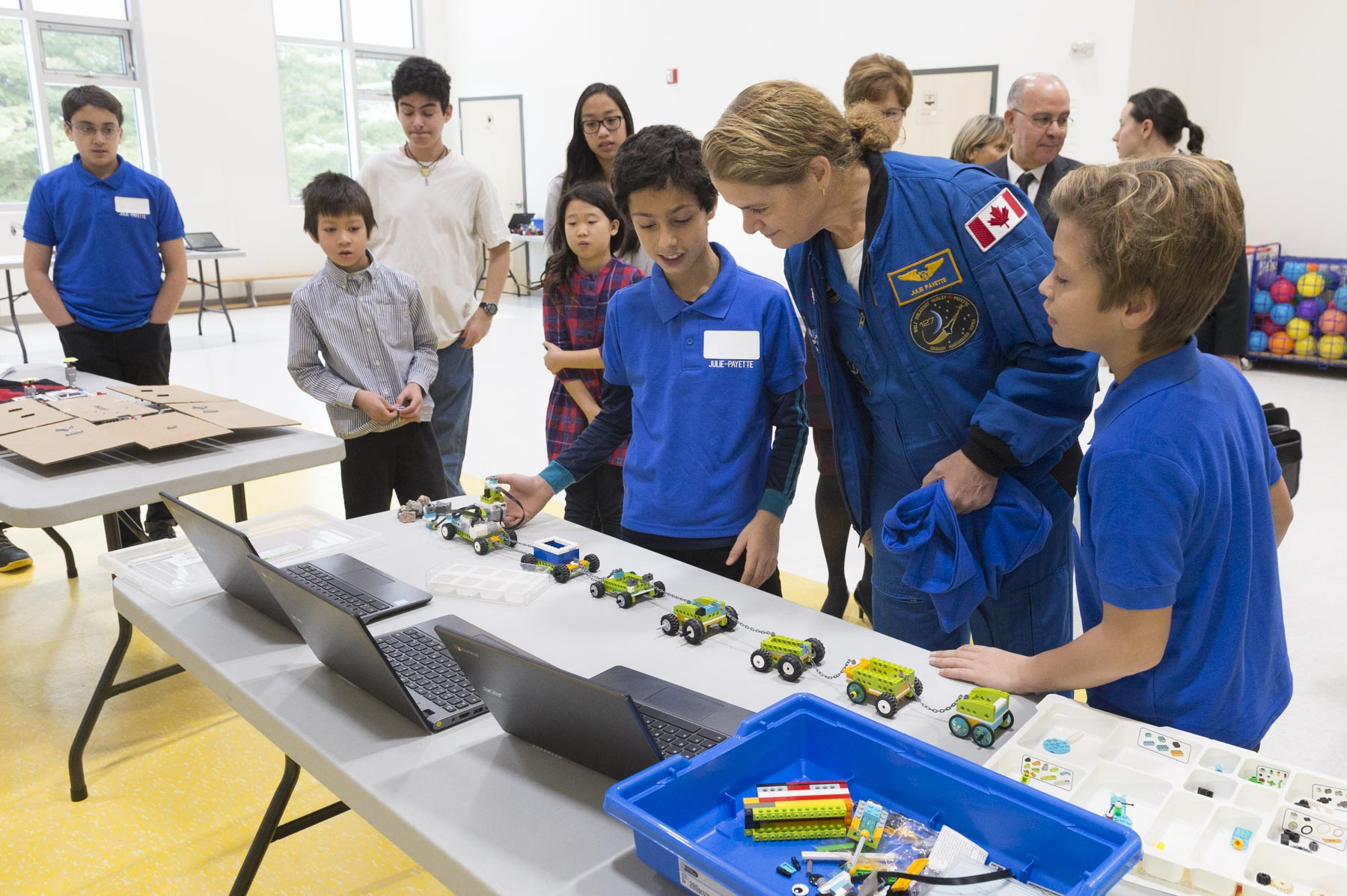 Upon arrival, Her Excellency visited the school's multi-purpose room, where students had the opportunity to present her their robotics projects.