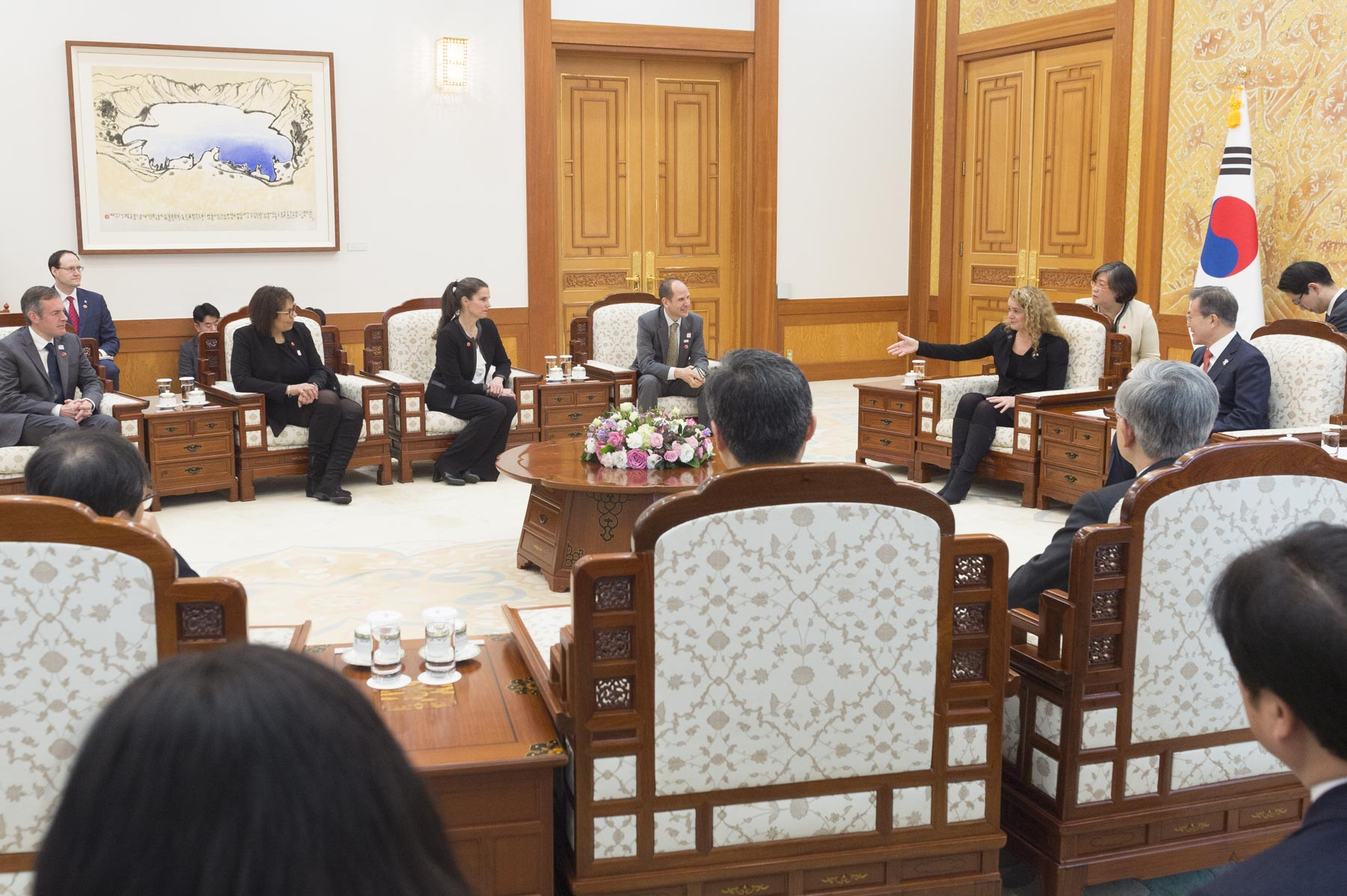 The Governor General was joined by (from right to left) Mr. Eric Walsh, Ambassador of Canada to the Republic of Corea, the Honourable Kirsty Duncan, Minister of Science and Minister of Sport and Persons with Disabilities, Mrs. Emmanuelle Sajous, Deputy Secretary at the Officethe Governor General, and Mr. Steven Goodinson, Minister-Counsellor and Senior Trade Commissioner at the Canadian Embassy in Korea.