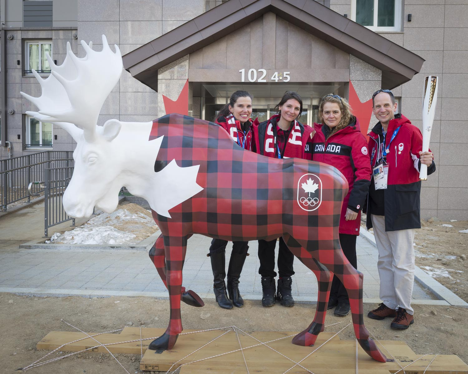 The Governor General, the Honourable Kirsty Duncan, Minister of Science and Minister of Sport and Persons with Disabilities, and Eric Walsh, Canadian Ambassador to Korea, visited the Athletes' Village in Mountain Cluster.