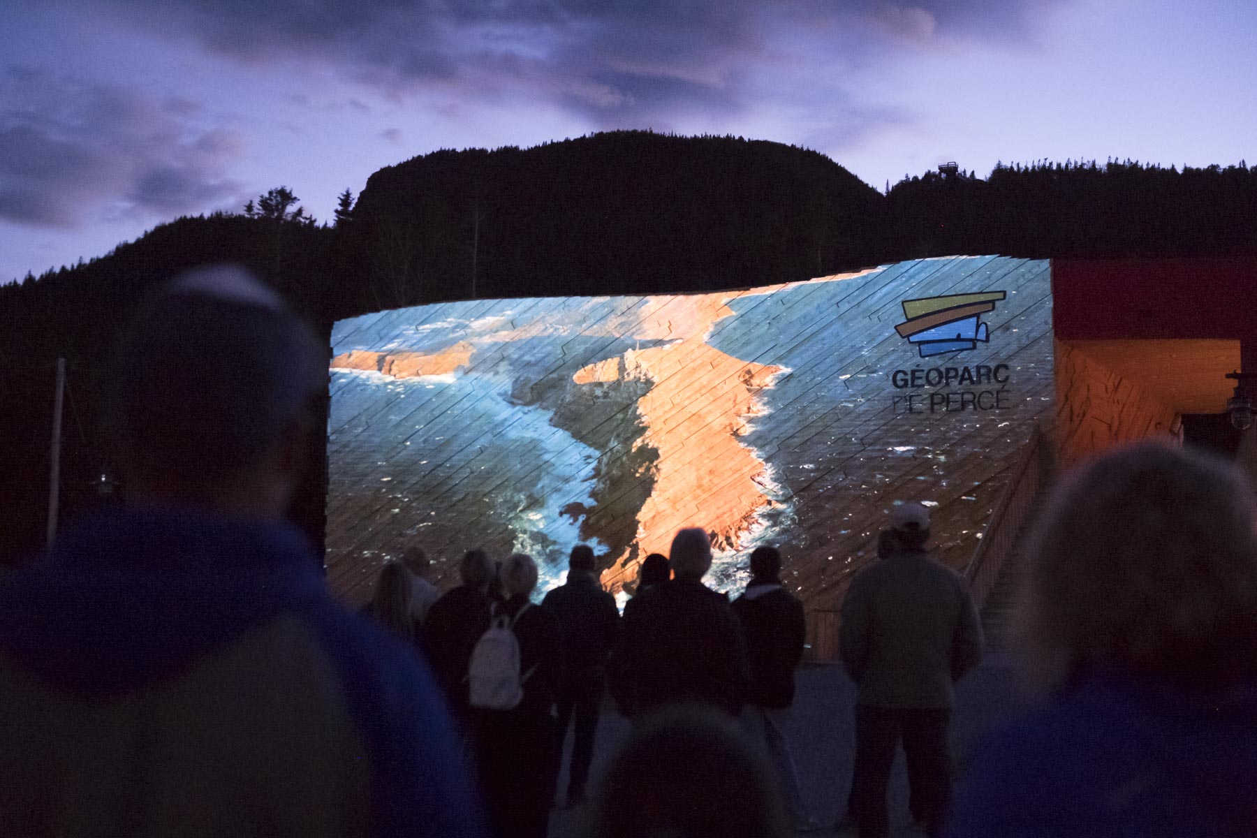 In the evening, Her Excellency participated in the kick-off of the first summer night hike of Percé Geopark. The film « The Legend of the Creation of the Micmac People » was projected on the facade of the Tektonik pavilion of the Geopark just before the walk.