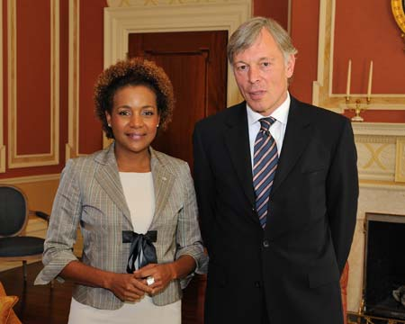 Finally, Her Excellency the Right Honourable Michaëlle Jean, Governor General of Canada, received the credentials of His Excellency David Cary Jacobson, Ambassador of the United States of America.