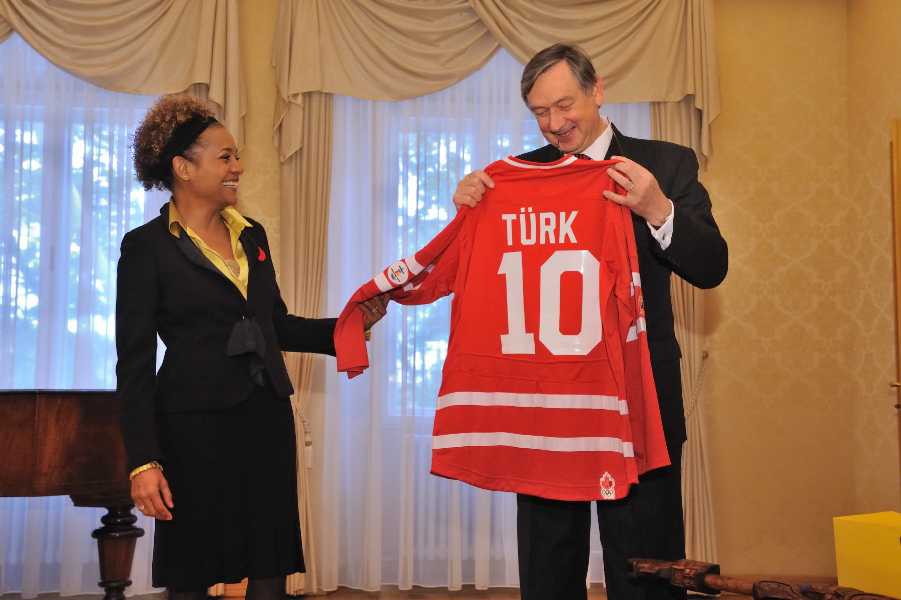 Before leaving Brdo Castle, the Governor General gave the President a hockey jersey.