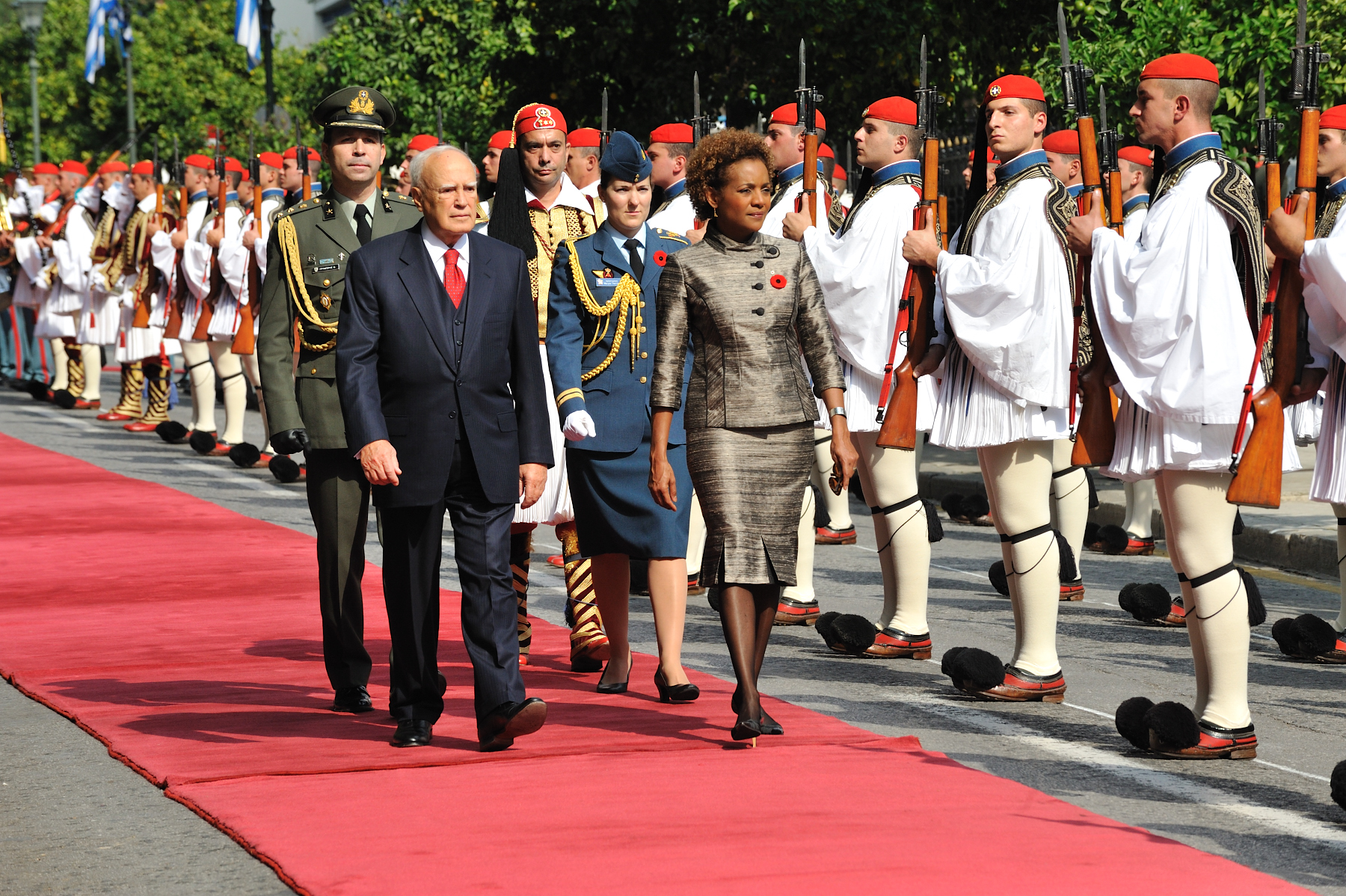 The Governor General was officially welcomed to Greece by His Excellency Karolos Papoulias, President of the Hellenic Republic, during a ceremony with military honours. Both walked in front of the Guard of Honour.