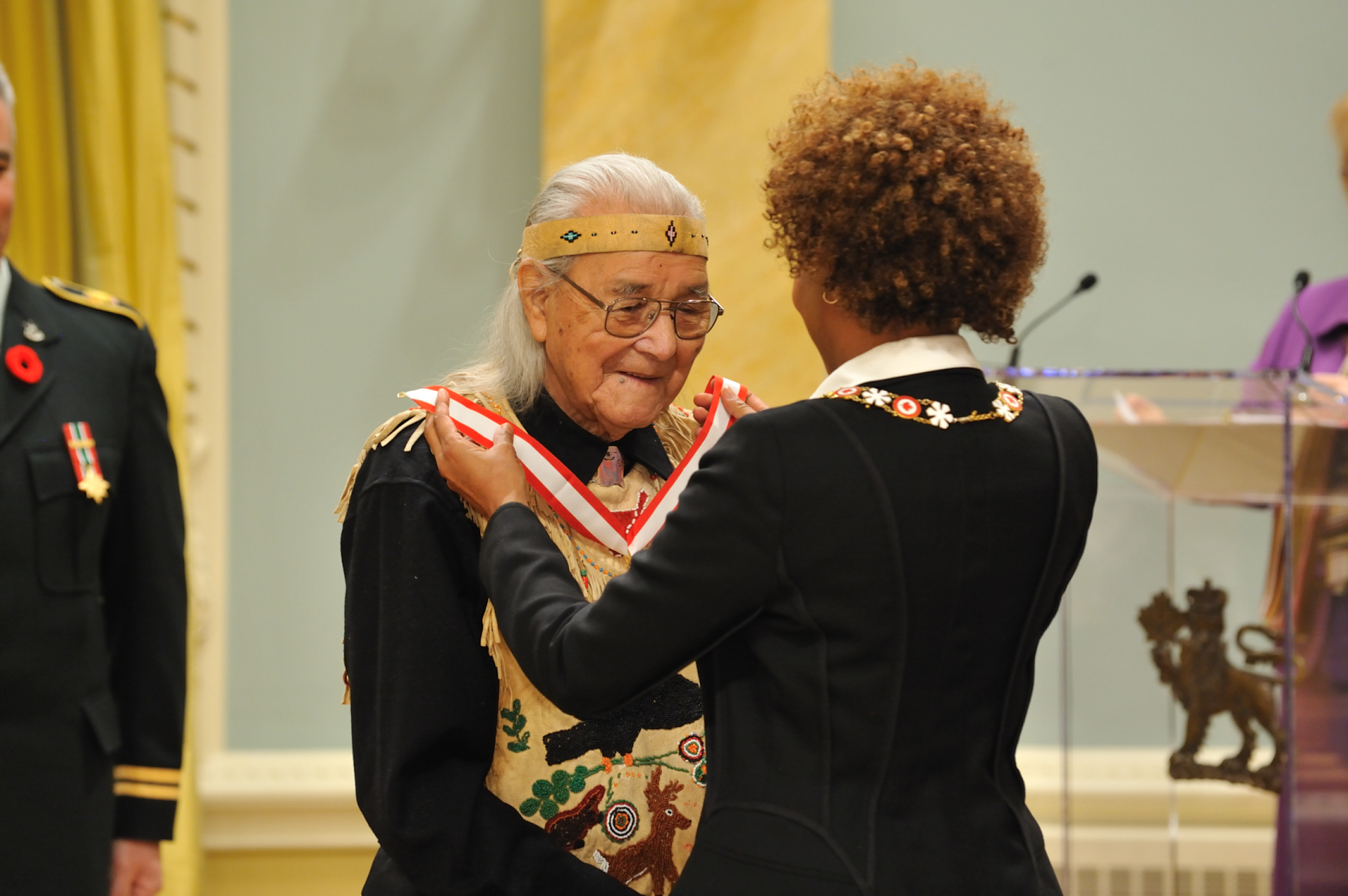 Her Excellency the Right Honourable Michaëlle Jean, Governor General of Canada, presented the insignia of Officer of the Order of Canada to William Commanda, O.C., who has spent a lifetime working for greater understanding of Aboriginal culture.