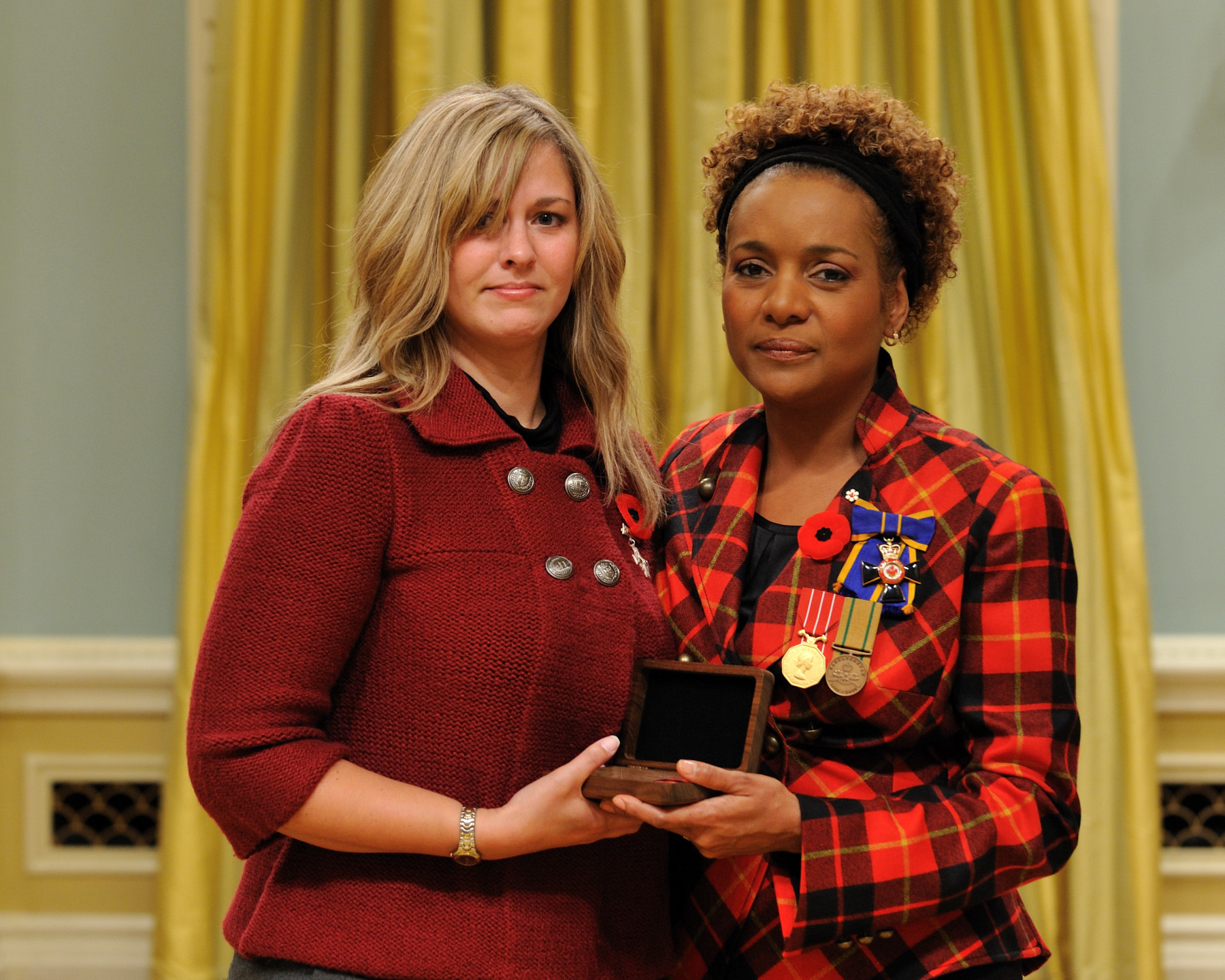 Her Excellency the Right Honourable Michaëlle Jean, Commander-in-Chief of Canada, presented the Sacrifice Medal to the wife of Master Corporal Darrell Jason Priede, who was honoured posthumously.