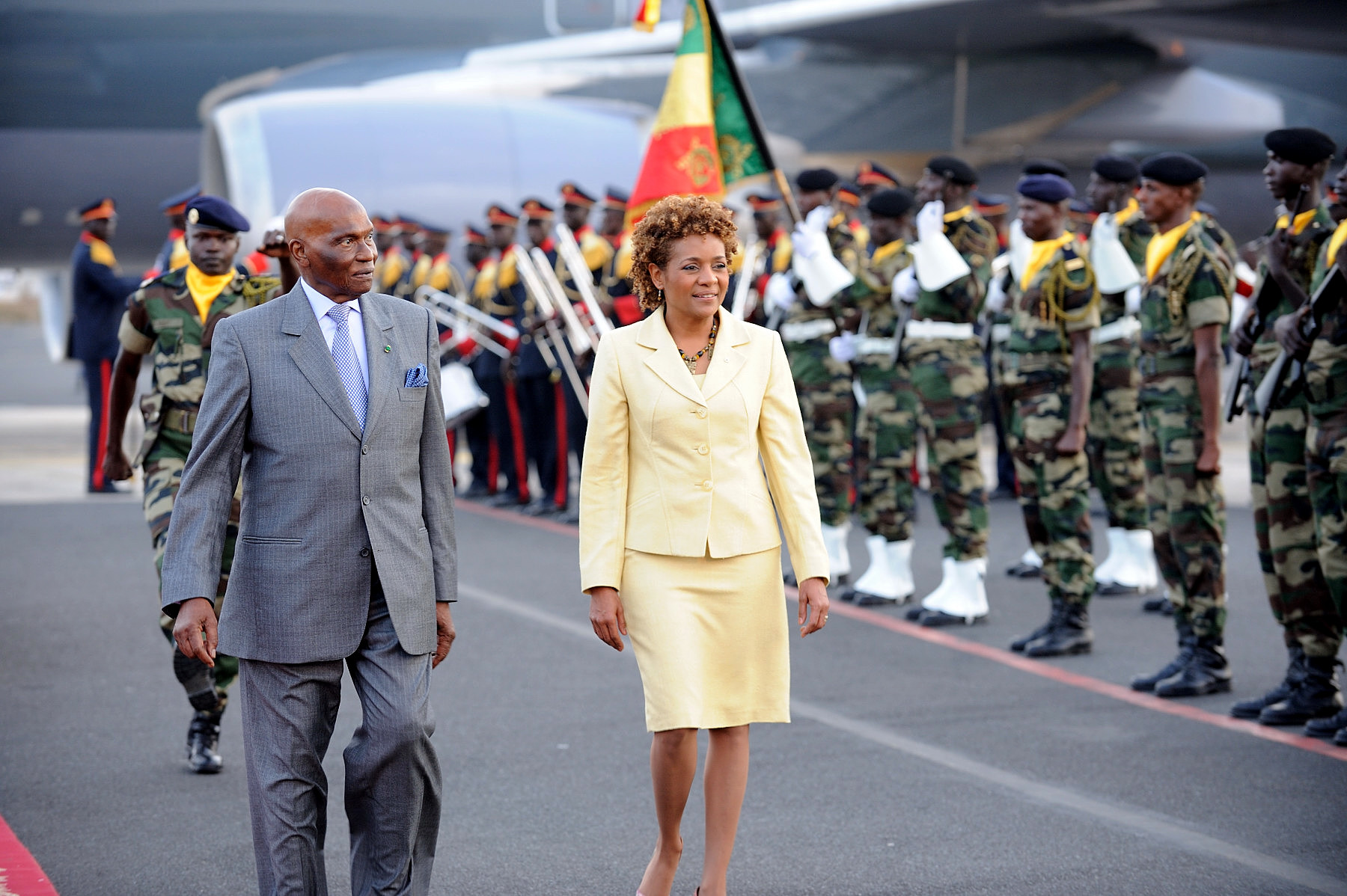 The Governor General arrived in Senegal to undertake a State visit from April 18 to 20. Her Excellency was welcomed by His Excellency Abdoulaye Wade, President of the Republic of Senegal