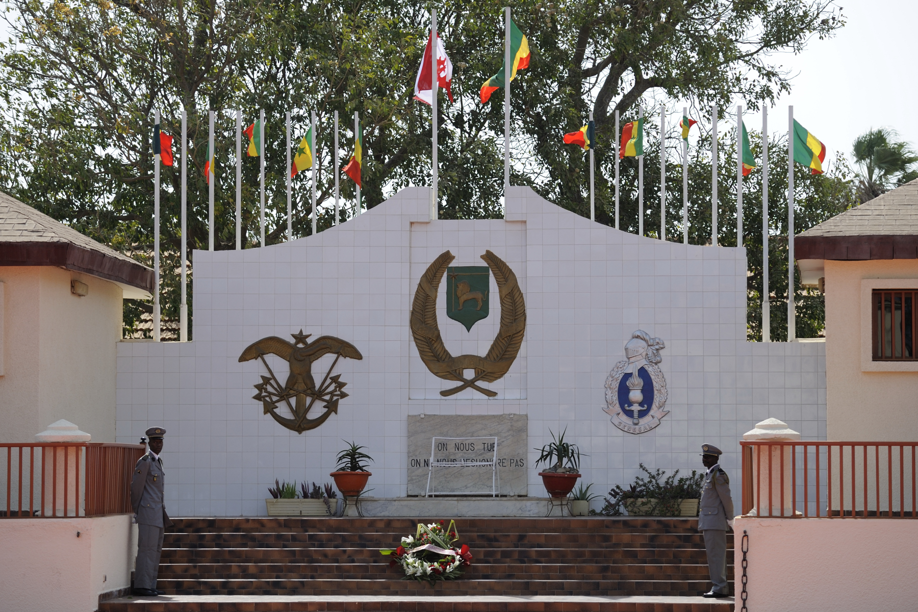 Before the official welcoming ceremony, Her Excellency stopped at the Jambars Memorial at Dial Diop Military Camp, in Dakar.