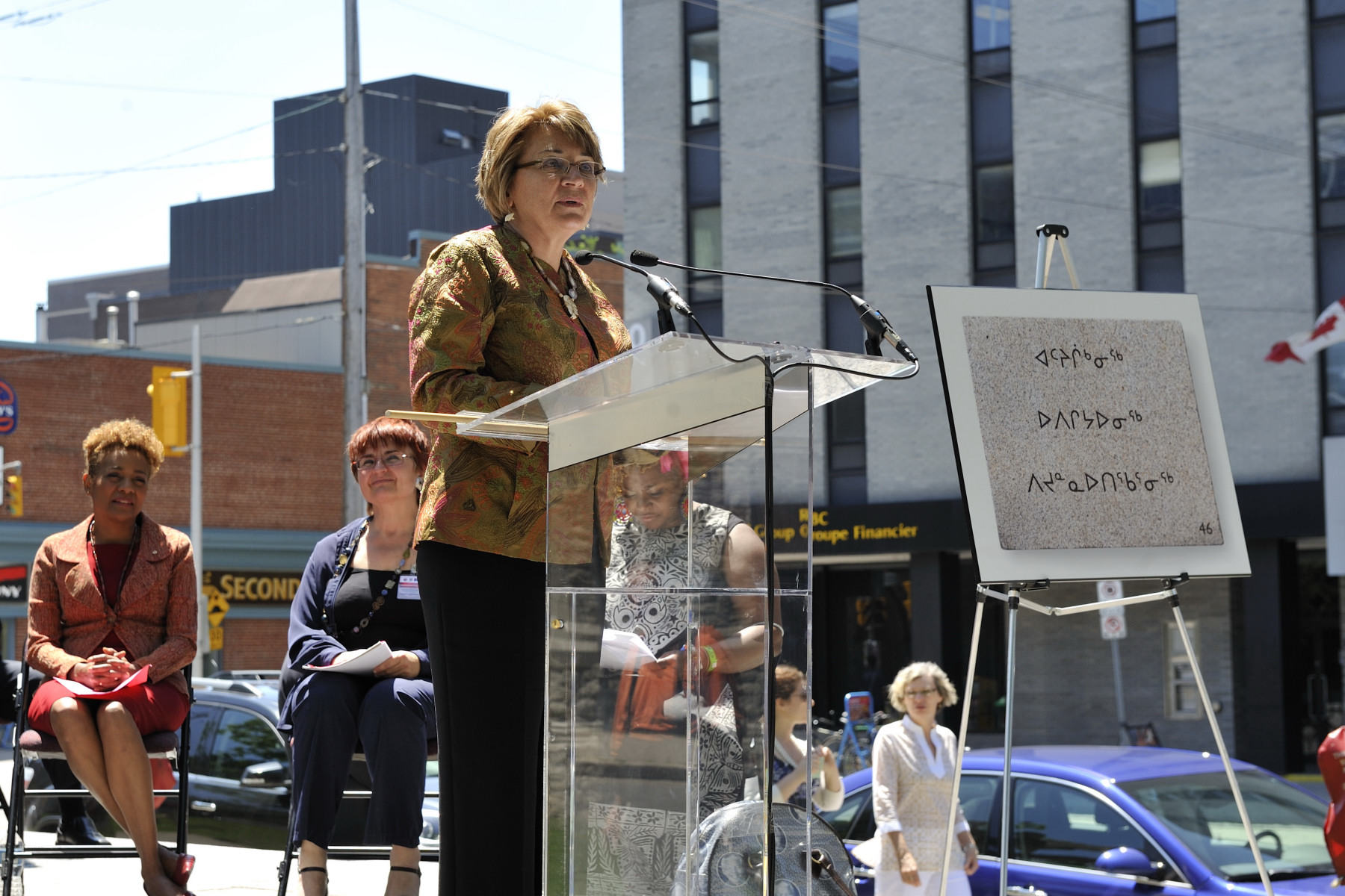 Inuit President Mary Simon read the plaque in Inuktitut.