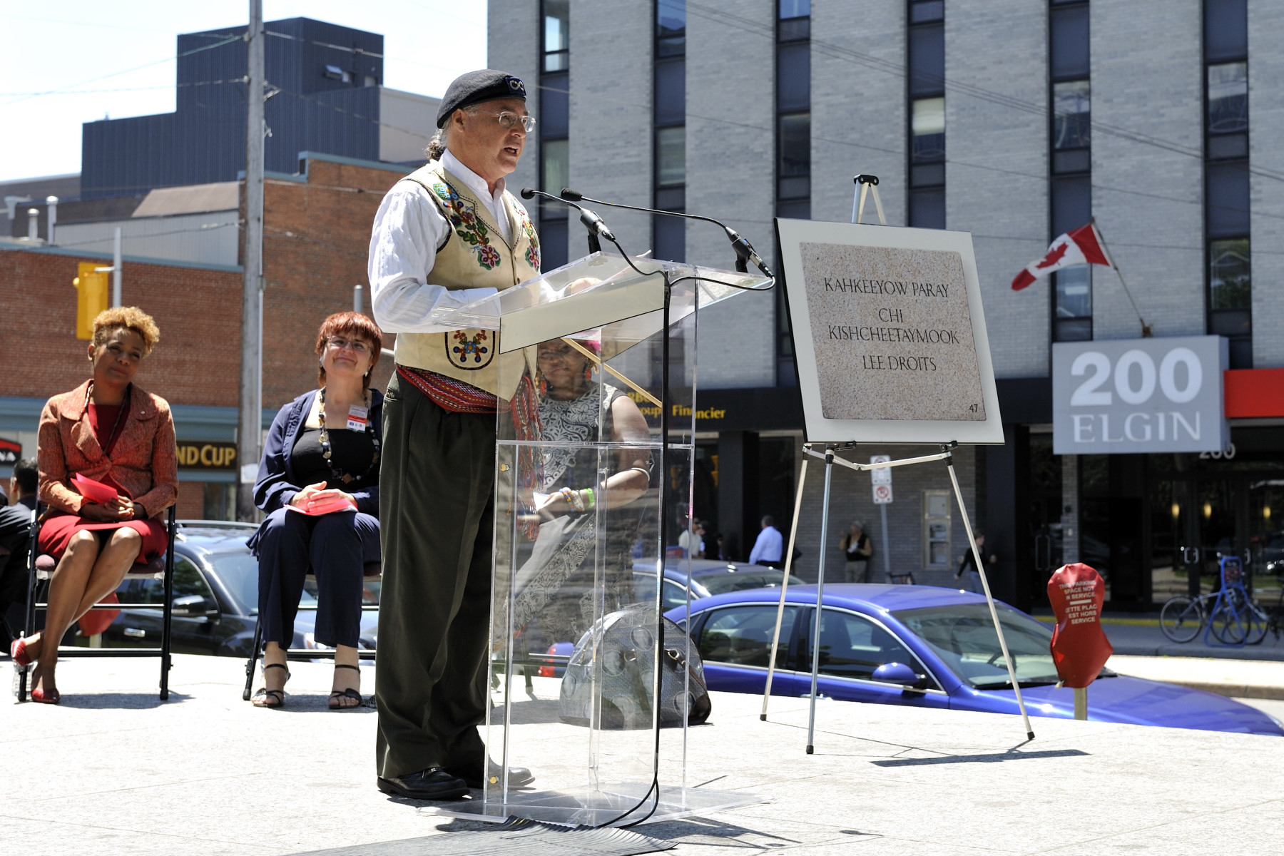 President Clément Chartier, Métis National Council, read the plaques in Michif.