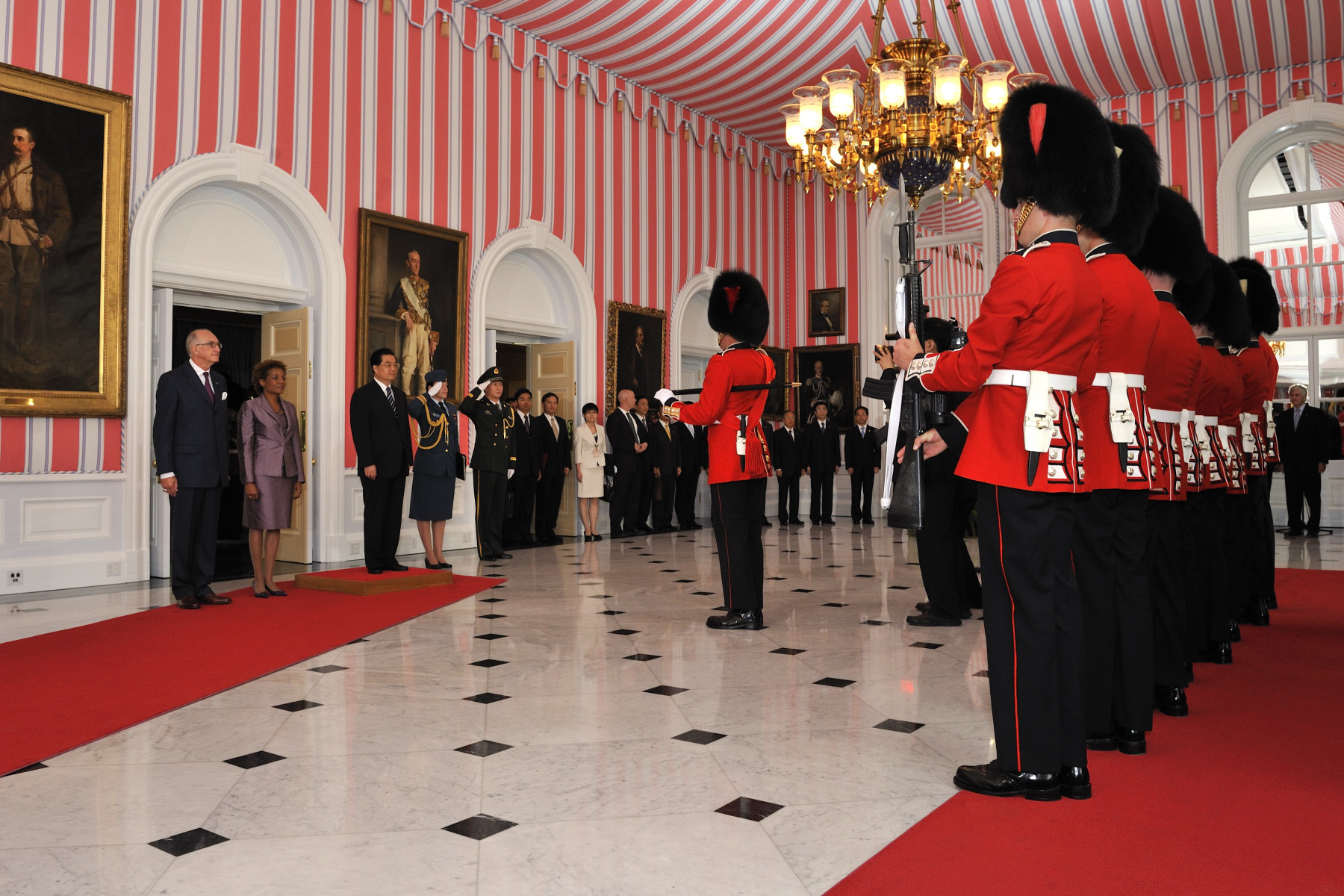 An official welcoming ceremony, with military honours, was held at Rideau Hall. His Excellency Hu Jintao conducted the inspection of the Guard of Honour.