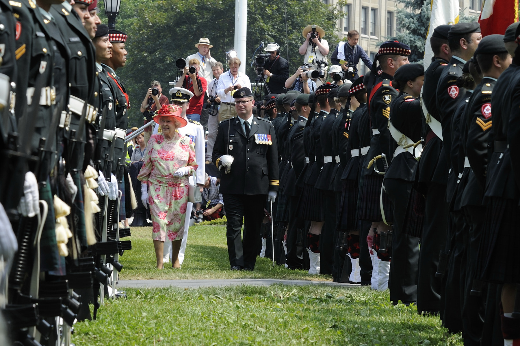 The Queen proceeded to an inspection of the Guard of Honour.