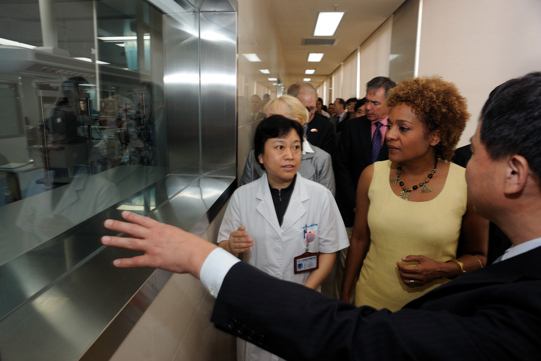 Her Excellency along with the Canadian delegation visited the ear, nose, and throat ward as well as the pediatric surgery ward of the Guangzhou Women and Children's Medical Center (GWCMC).