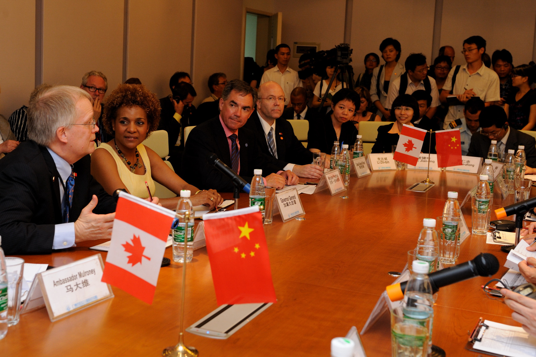 The Canadian delegates participated in a discussion with doctors, nurses and administrative staff of the Medical Center.