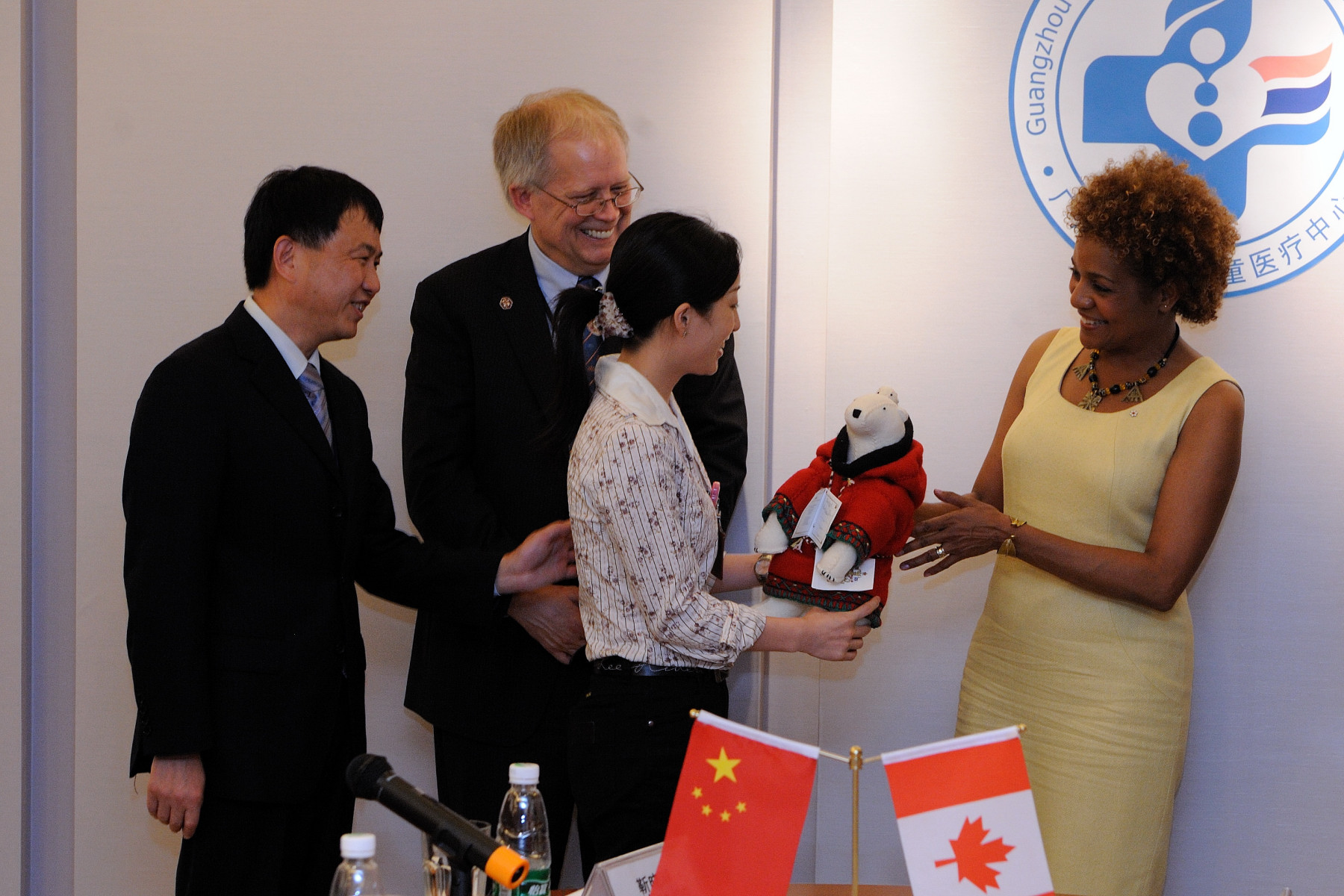 Representatives of the medical center received a souvenir from the Governor General before she left.