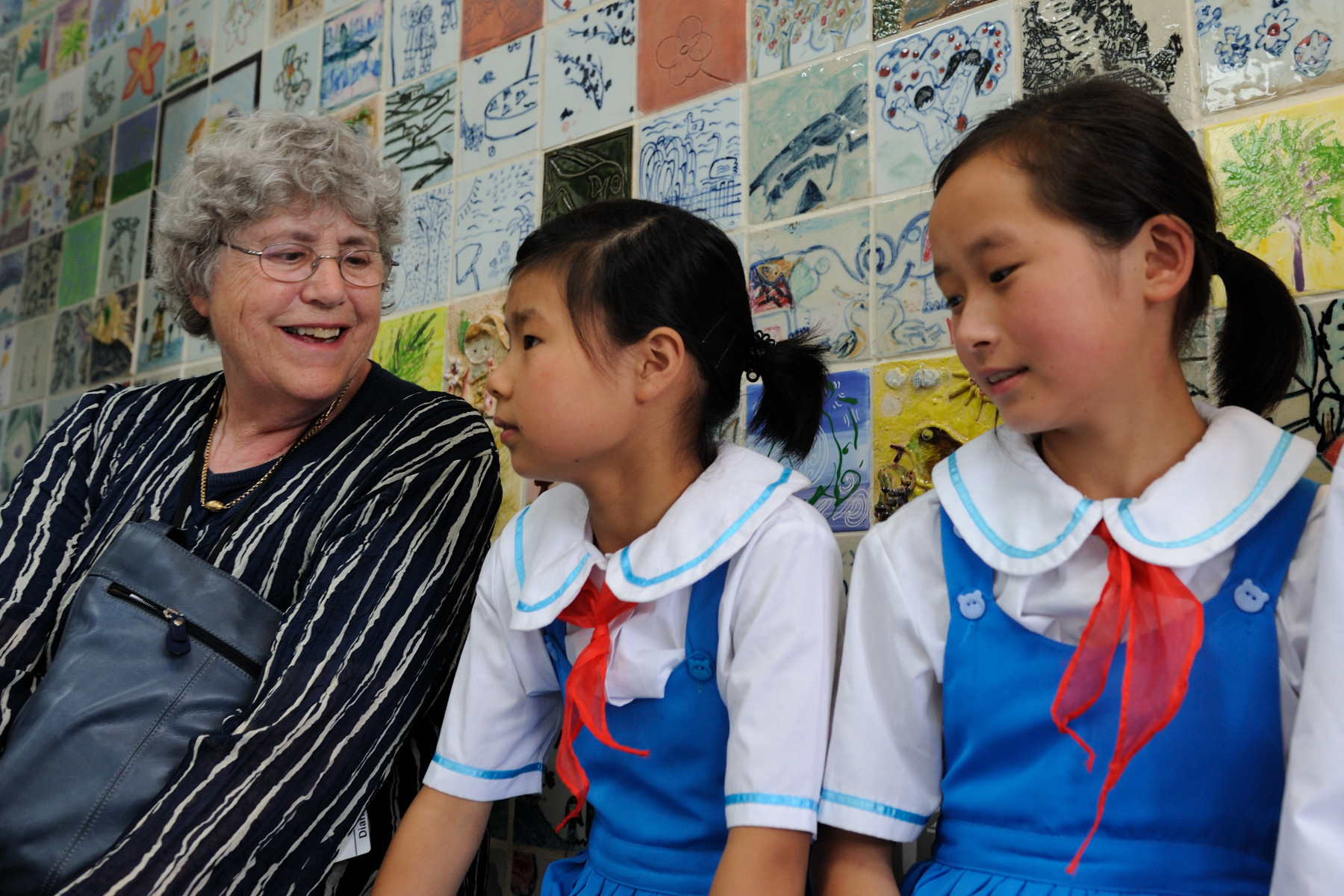 Canadian delegate Diana Lary, Professor Emeriti of Chinese History, University of British Columbia, met some students.