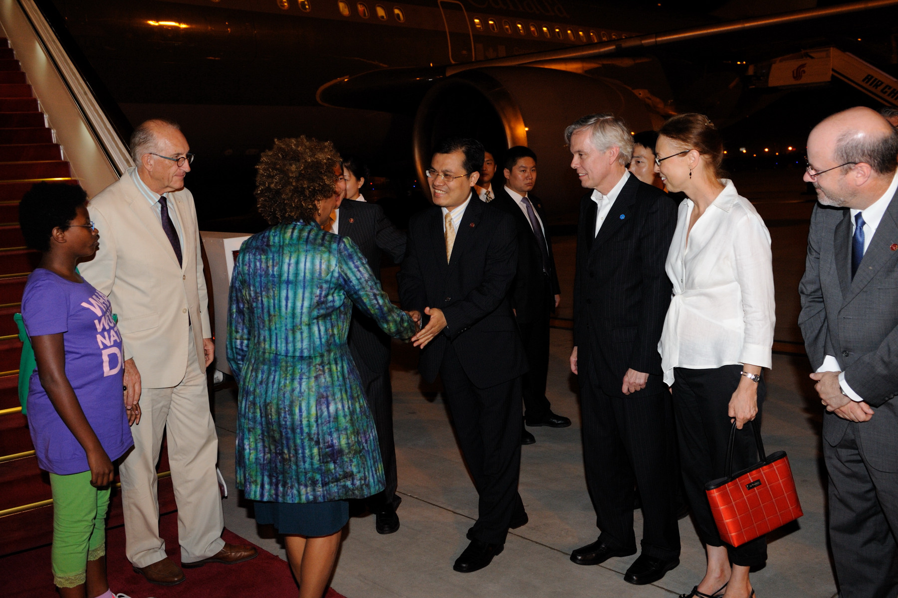 Upon their arrival in Beijing, Their Excellencies accompanied by Marie-Éden and the Canadian delegation were greeted by Chinese Government Officials.