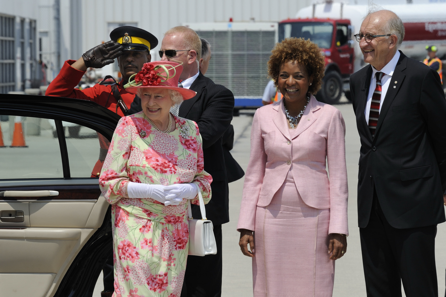 Their Excellencies also went to Toronto Pearson International Airport for the departure of Her Majesty The Queen and His Royal Highness The Duke of Edinburgh.