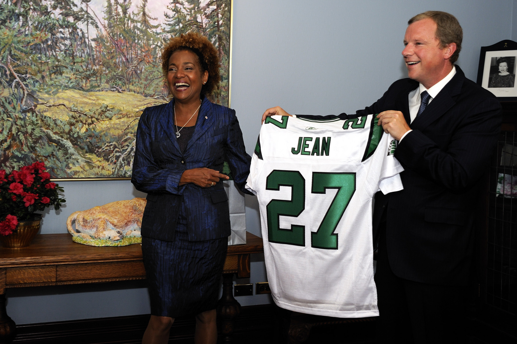 The Governor General met with the Honourable Brad Wall, Premier of Saskatchewan, and was presented with a Canadian Football League Roughriders jersey. It bears her last name and the number 27, to mark her tenure as the 27th Governor General of Canada.
