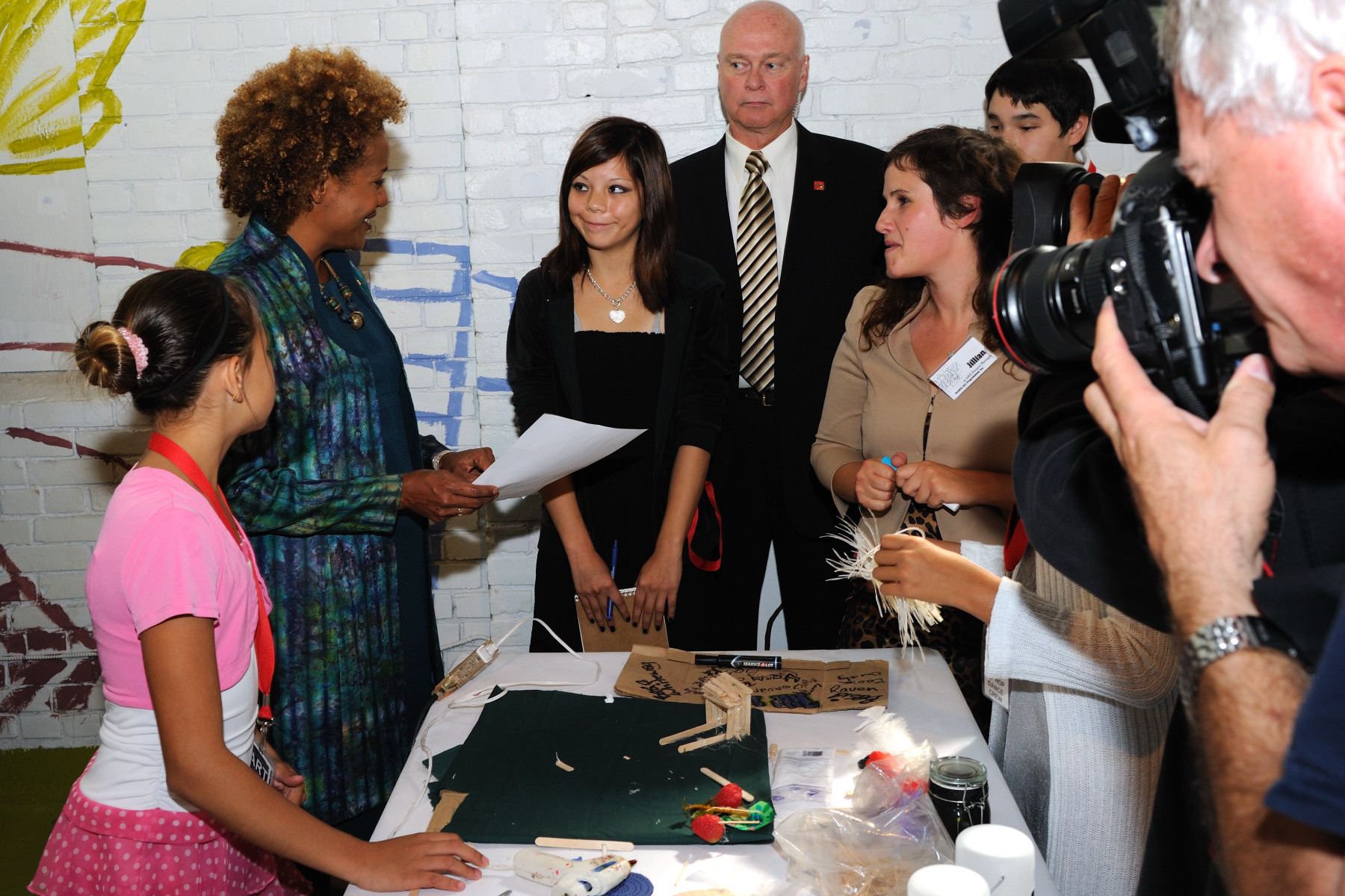 As a follow-up to her Urban Arts Forum at Graffiti Gallery in June 2007, the Governor General saw the new children's art gallery, where she had the opportunity to participate in an art project with children and view youth projects.