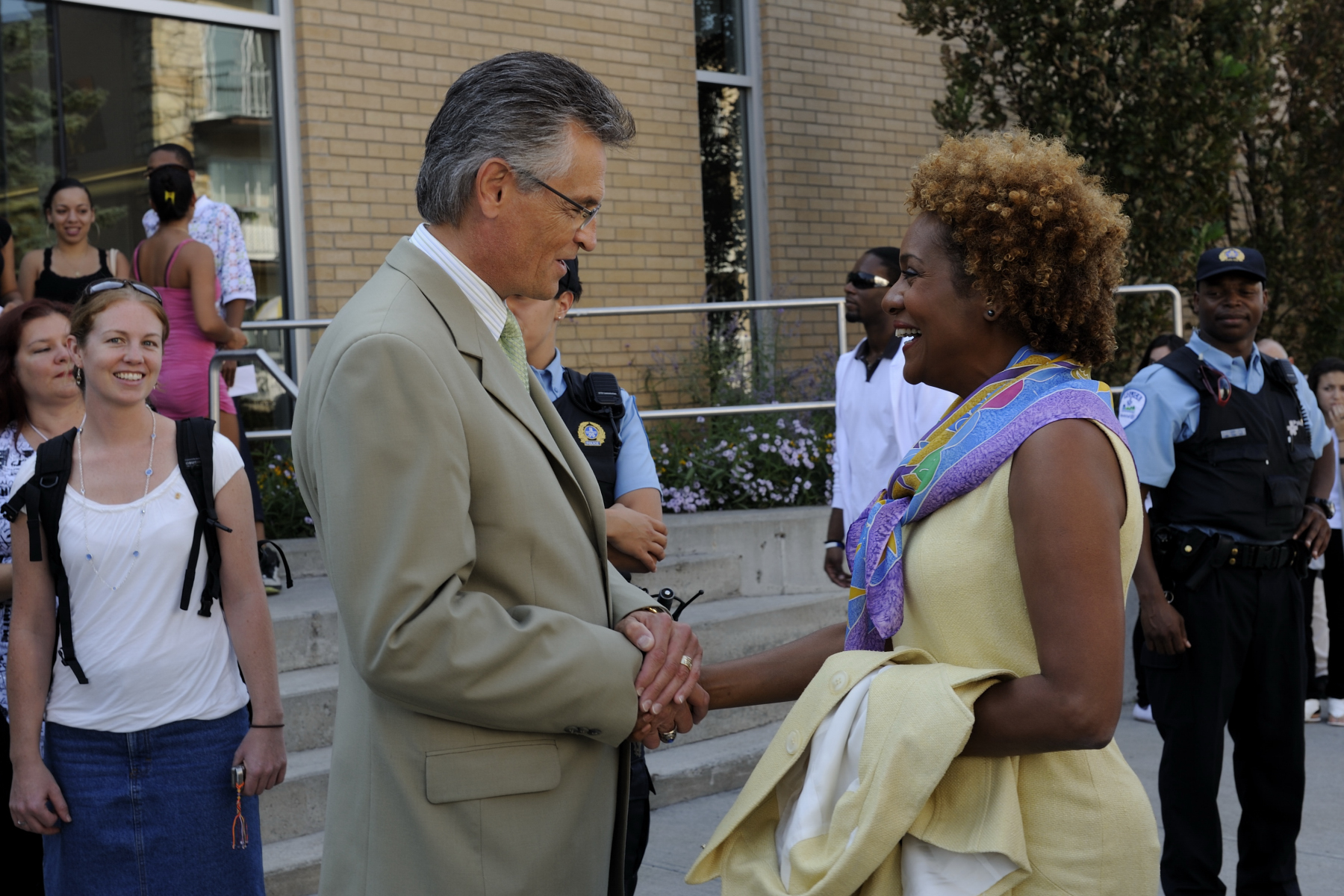 Upon her arrival at the Maison culturelle et communautaire de Montréal-Nord, Her Excellency the Right Honourable Michaëlle Jean, Governor General of Canada, was welcome by the mayor of the arrondissement de Montréal-Nord Mr. Gilles Deguire.