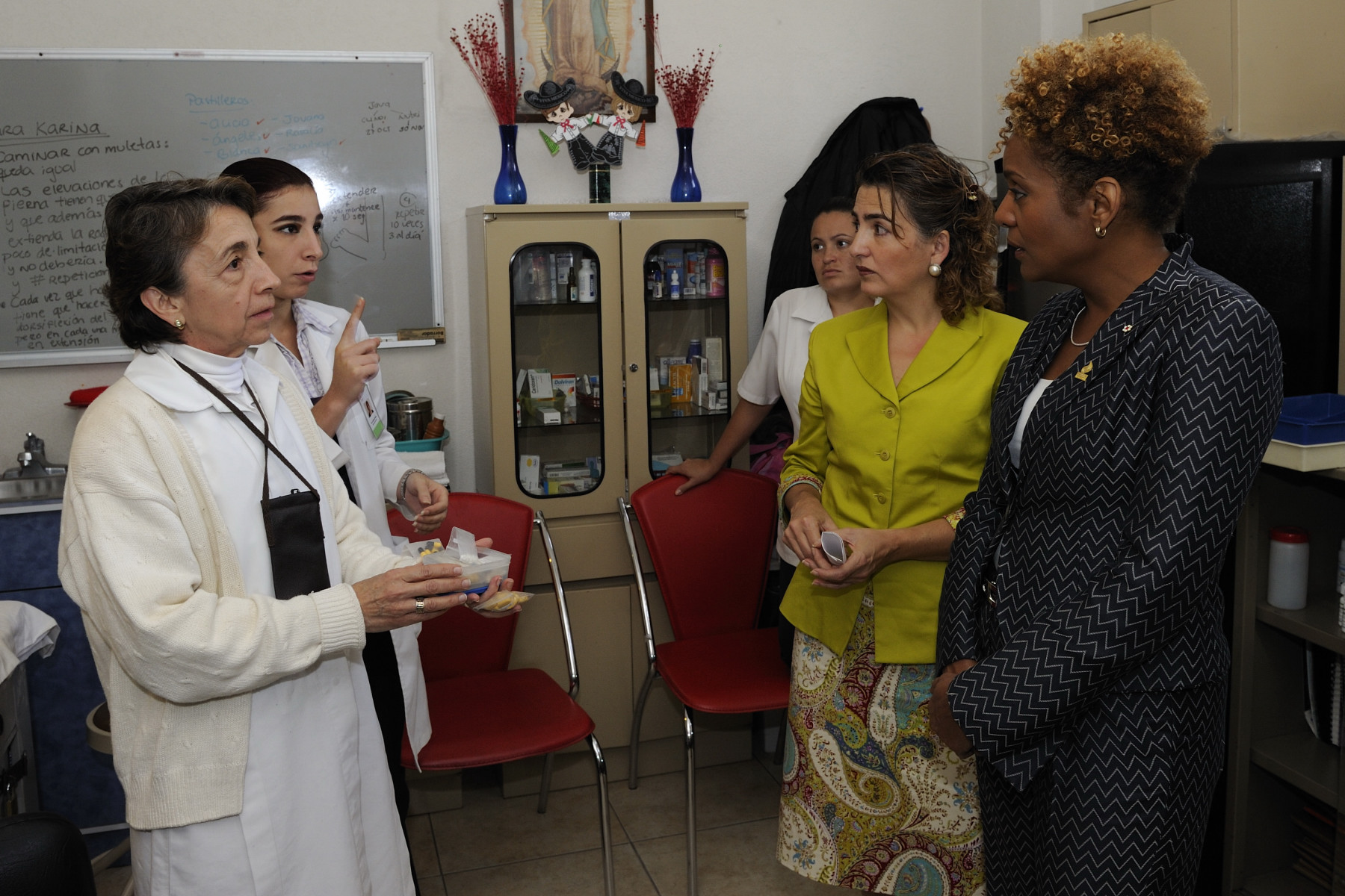 During her visit, the Governor General had the opportunity to meet with medical staff. Founded in 1986 by education specialist Rosa Maria Rivero, the purpose of the centre  is to increase the children's life expectancy, which is limited by a social background that does not enable them to access antiretroviral treatments, or education and schooling that could provide an opening to the labour market. For 25 years, the Canada Fund for Local Initiatives has supported the efforts of Mexican civil society organizations such as La Casa de la Sal. 