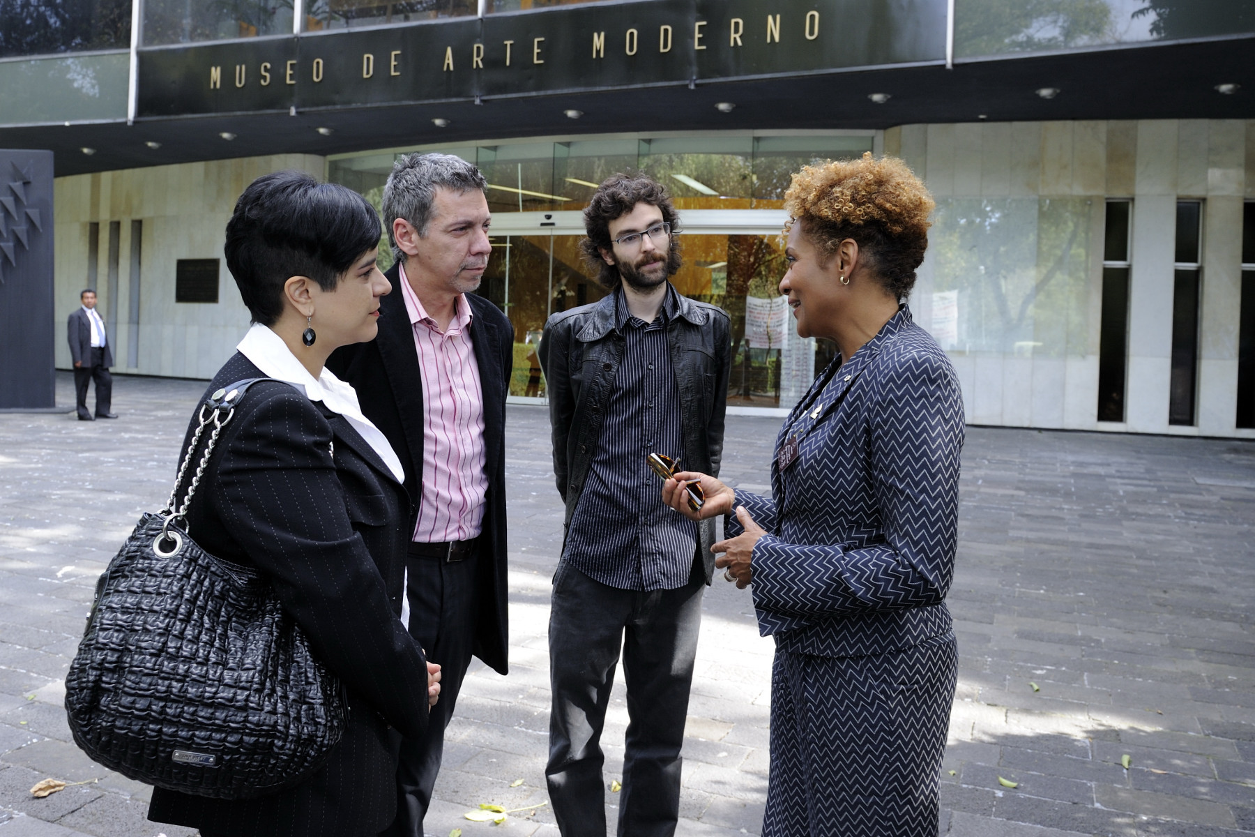 While in Mexico City, Their Excellencies the Right Honourable Michaëlle Jean, Governor General of Canada, and Mr. Jean-Daniel Lafond visited the Museum of Modern Art. Upon her arrival, the Governor General was greeted by Mr. Osvaldo Sanchez (left) and Mr. Inaki Herran (right).