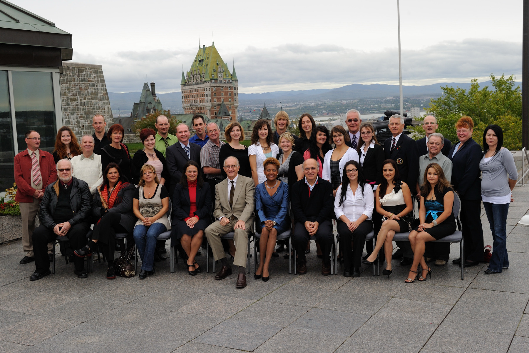In honour of their last visit to the Citadelle of Québec, Their Excellencies met with staff for an official photo.