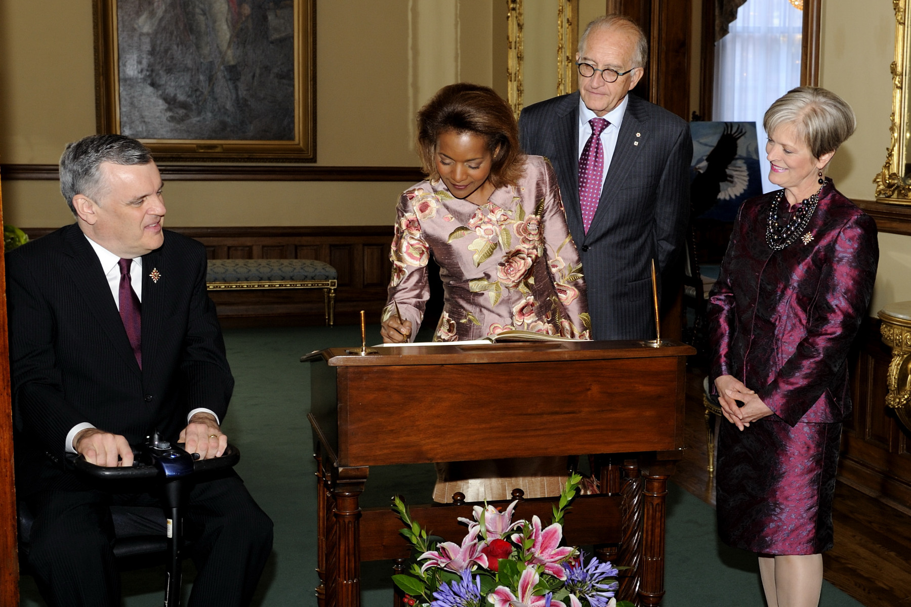 Upon their arrival in Toronto, Their Excellencies the Right Honourable Michaëlle Jean, Governor General of Canada, and Mr. Jean-Daniel Lafond met with His Honour the Honourable David C. Onley, Lieutenant Governor of Ontario, and his wife Mrs. Ruth Ann Onley. They both signed the guest book.