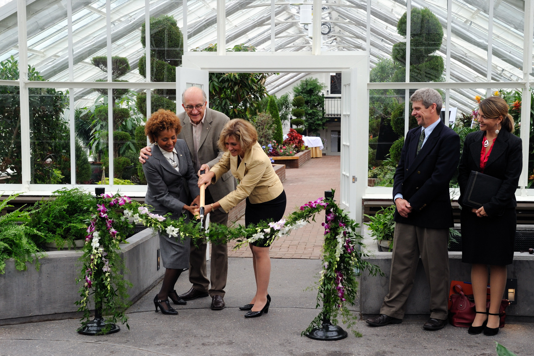 Following a major rehabilitation project carried out by the National Capital Commission (NCC), the greenhouses located on the grounds of Rideau Hall reopened after 7 years. To mark this event Their Excellencies delivered a speech in the presence of Marie Lemay, Chief Executive Officer at the NCC, NCC employees, workers and other guests.