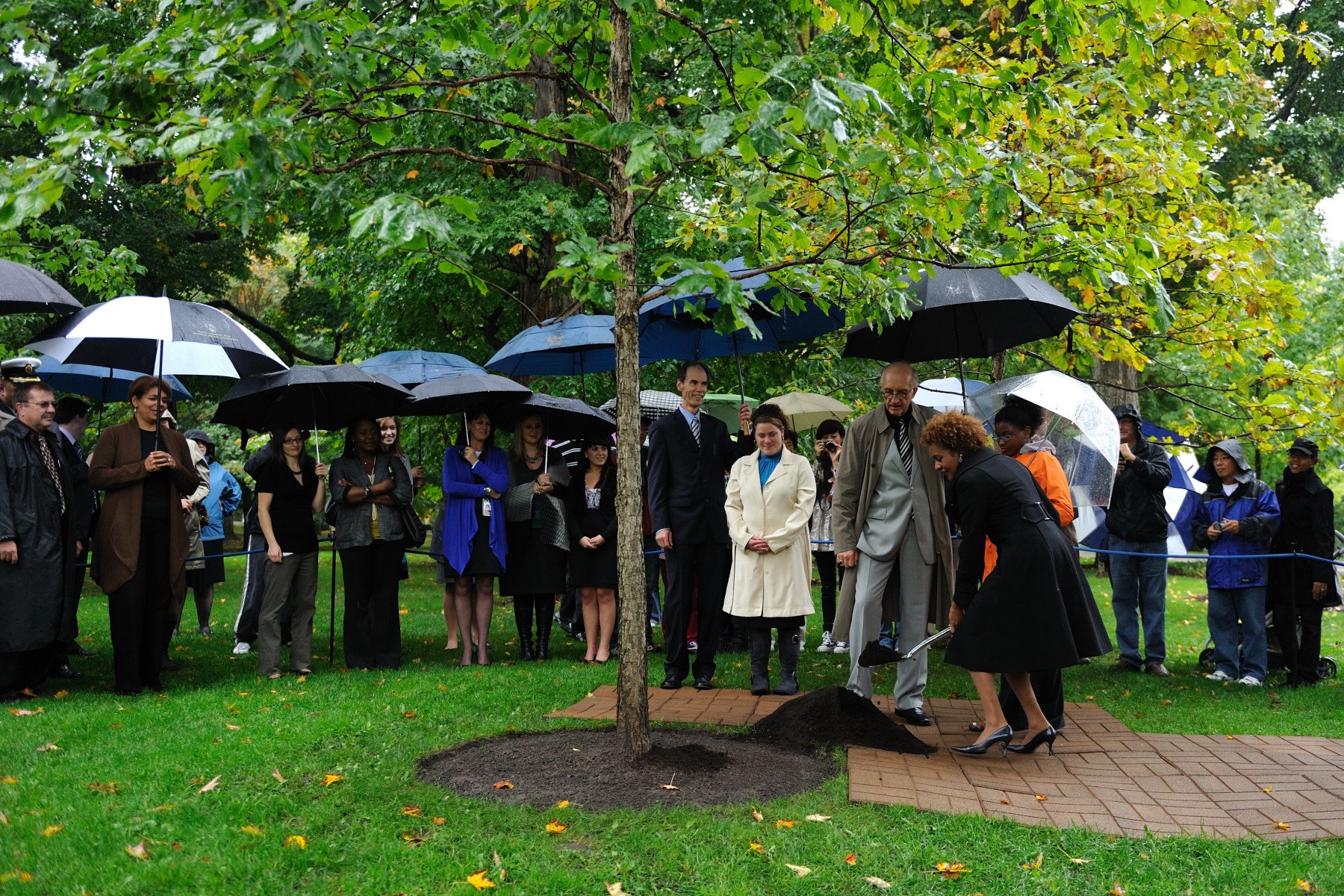 In the presence of Rideau Hall staff and members of the public, Their Excellencies and Marie-Éden planted an oak tree. A total of 128 trees are now planted on the 32-hectare (79 acres) grounds of the official residence of the governor general.