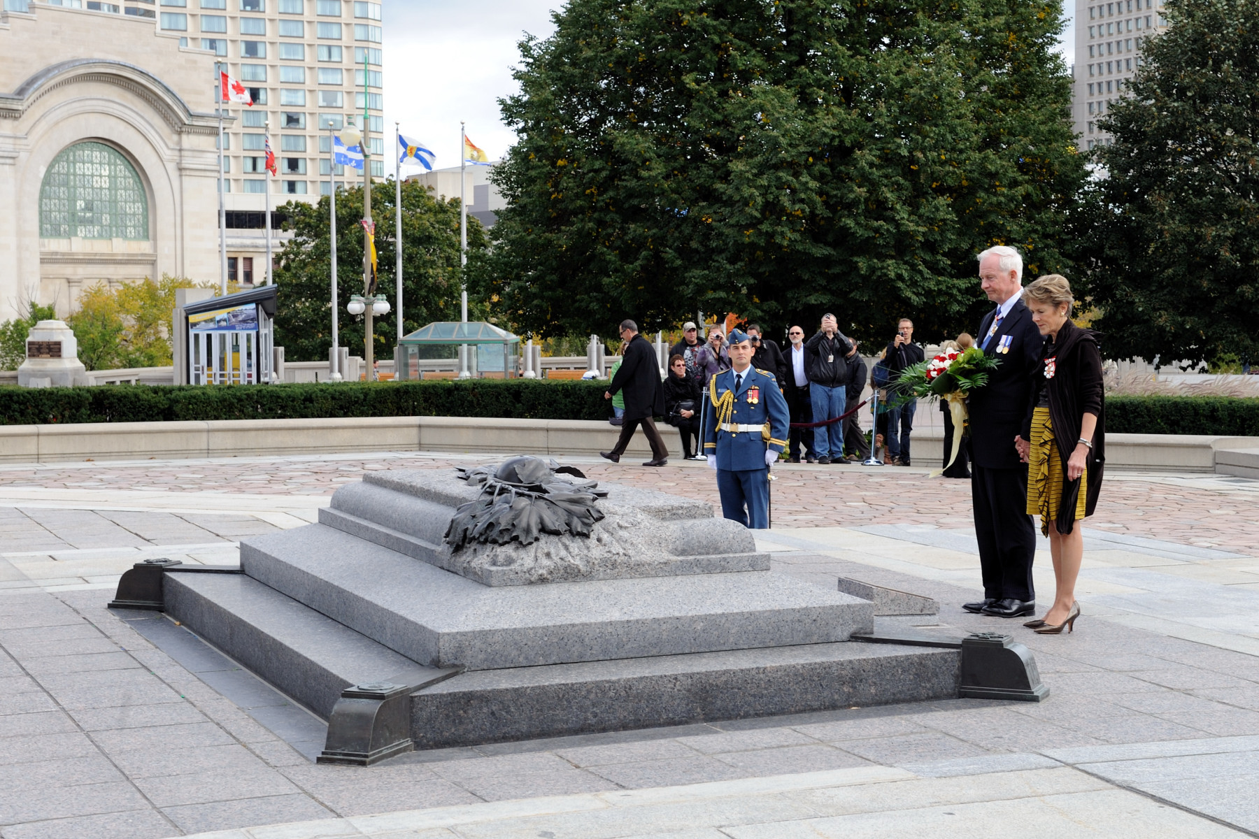 The Governor General and Mrs Johnston laid flowers at the Tomb of the Unknown Soldier.