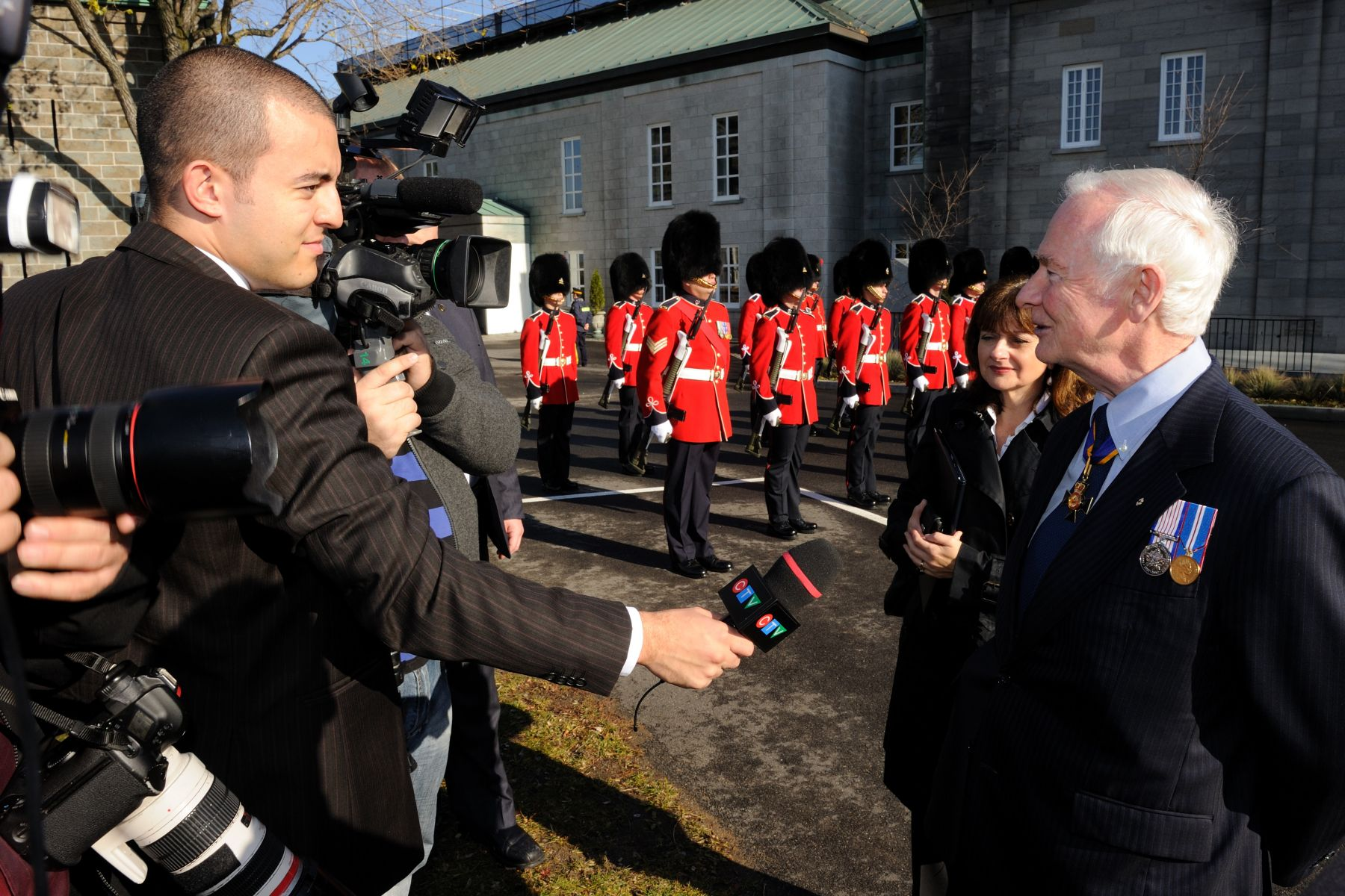 Following the inspection, the Governor General took the time to interact with the Québec media.