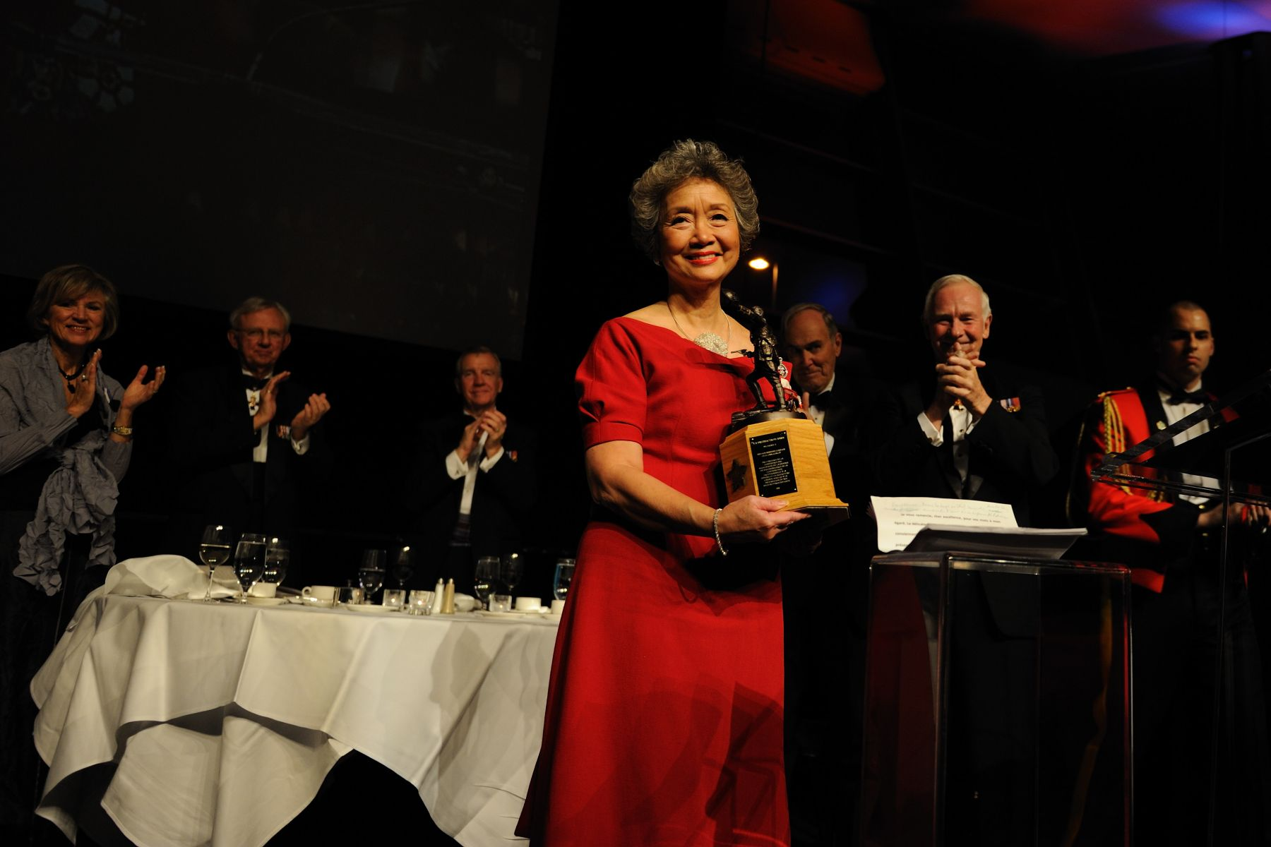 The Governor General presented the 2010 Vimy Award to the Right Honourable Adrienne Clarkson, 26th governor general of Canada, at the Conference of Defence Associations Institute's annual Dinner.