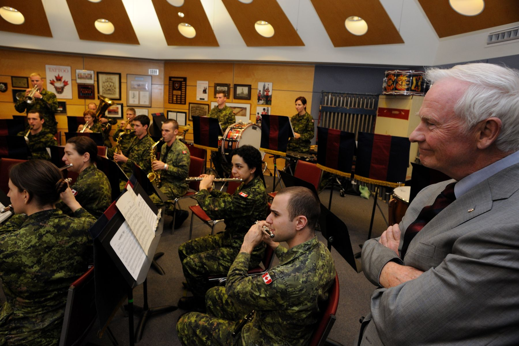 His Excellency also stopped in the Band Room to meet with the musicians. The GGFG is a primary reserve infantry battalion raised on June 7, 1872 in Ottawa. They have been supporting the governor general and participating in official events at Rideau Hall since the year the regiment was formed. Every summer, the GGFG perform the Changing the Guard ceremony and post sentries at Rideau Hall.