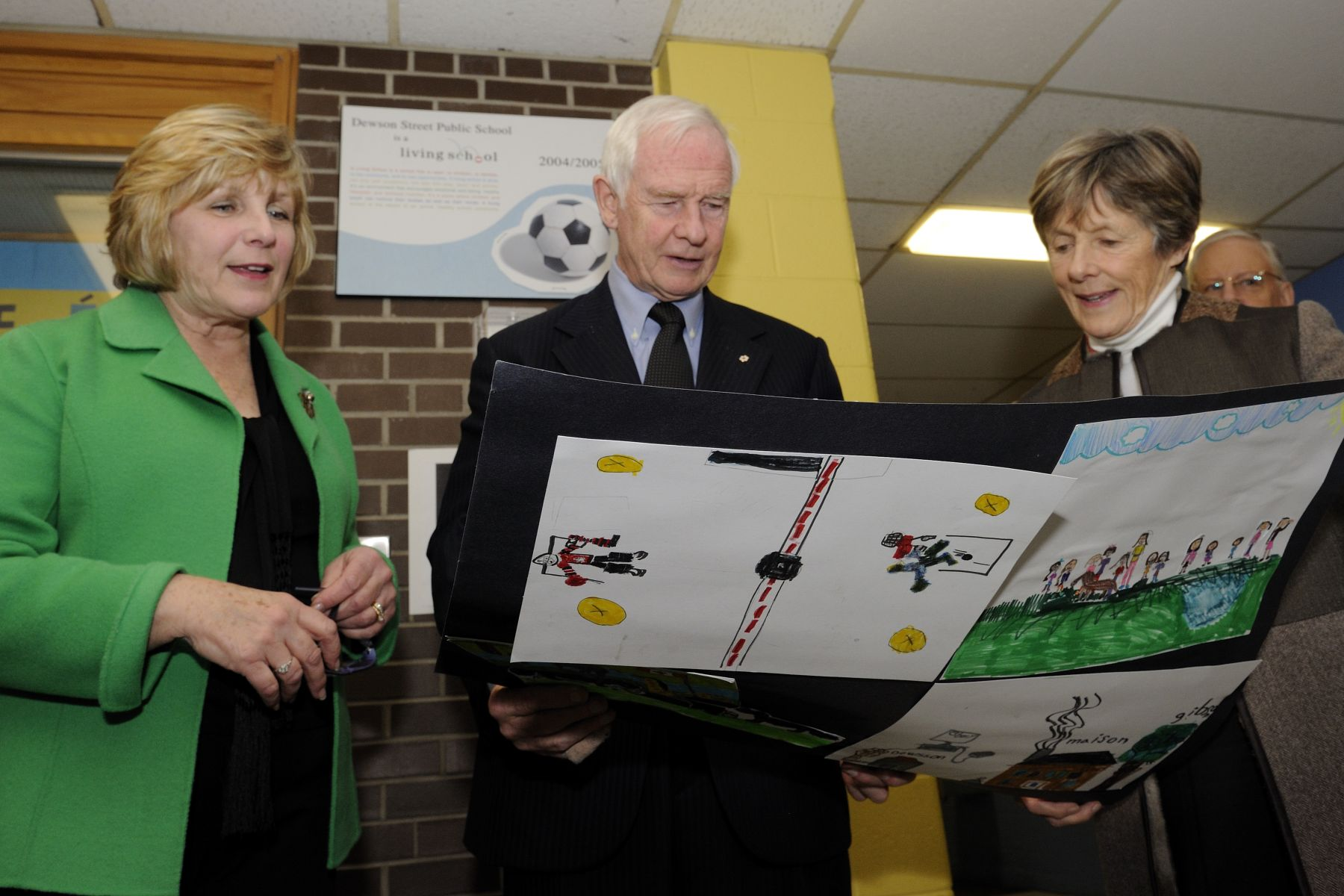 Upon their departure, Their Excellencies received drawing from students to thank them for their visit.